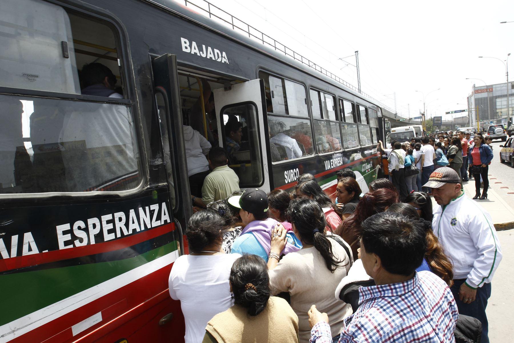 Pasajeros de Lima sur pugnan por subir a una unidad de transporte público, una imagen que se repite todos los días en la capital. Foto: ANDINA