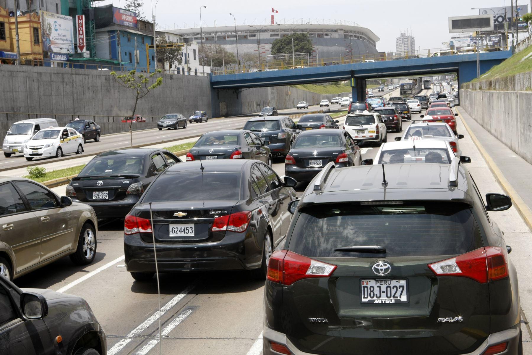 Vía Expresa de Paseo de la República. Los autos particulares o taxis hacer largas filas para poder llegar al centro de Lima. Foto: ANDINA