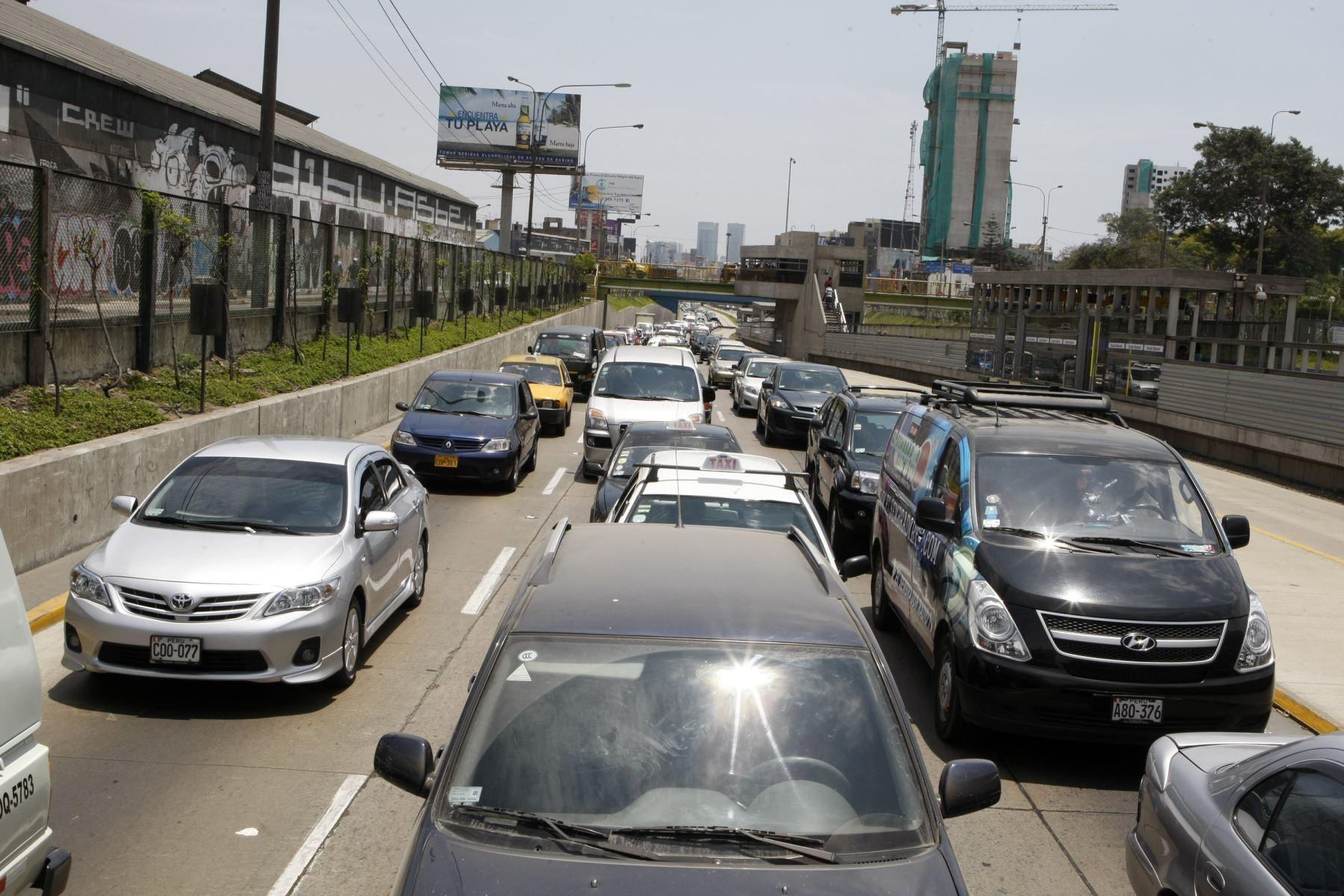 Procesión de autos. Panorama usual en hora punta en la Vía Expresa de Paseo de la República cualquier día de la semana. Foto: ANDINA
