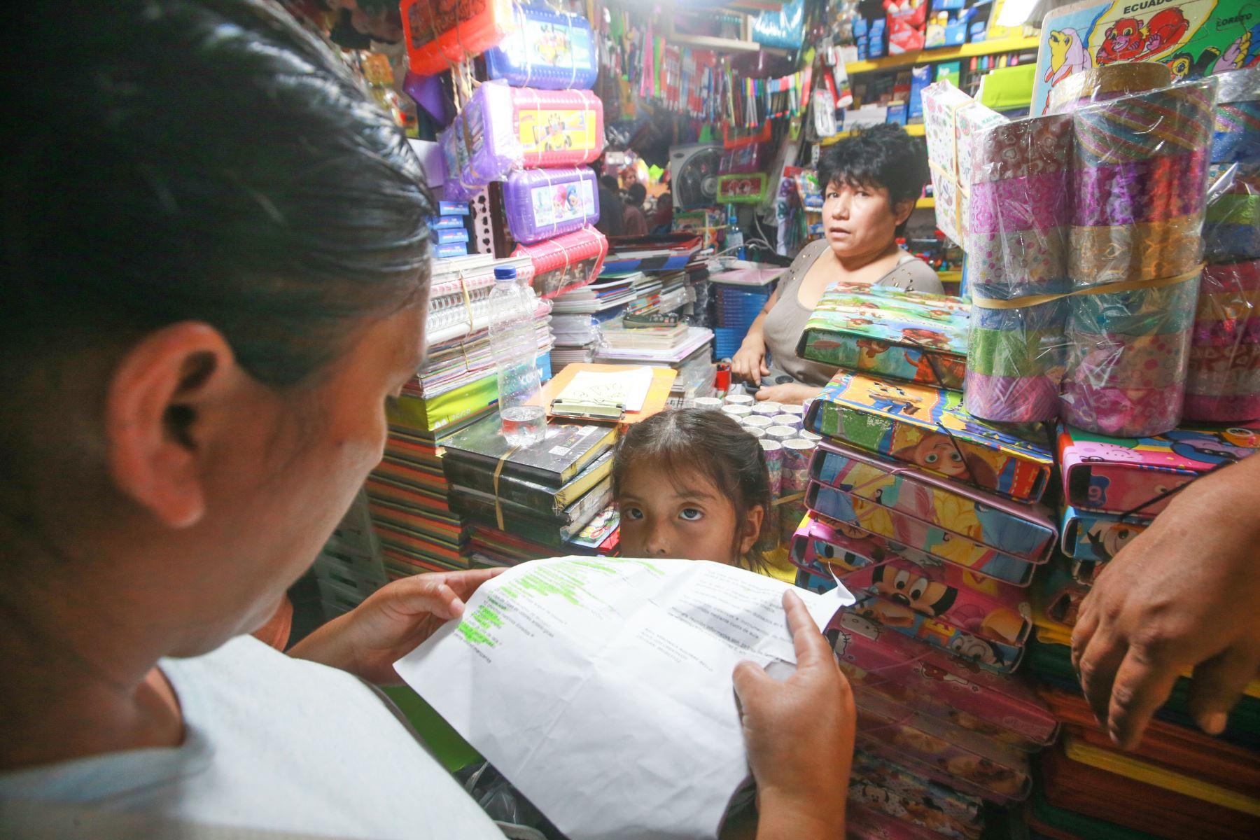 Una estudiante acompaña a su mamá en la compra de útiles para su colegio. Foto: ANDINA/ Jhony Laurente