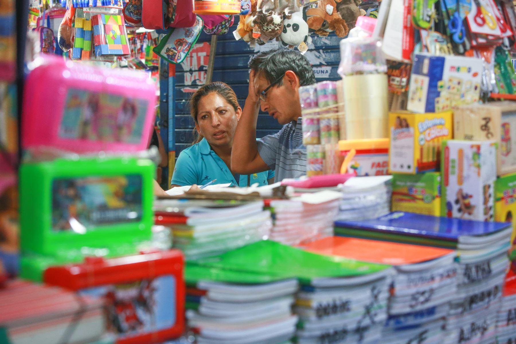 La compra de útiles escolares puede resultar un dolor de cabeza para los padres, cuyos gastos pueden alcanzar los 300 soles o más. Foto: ANDINA/ Jhony Laurente