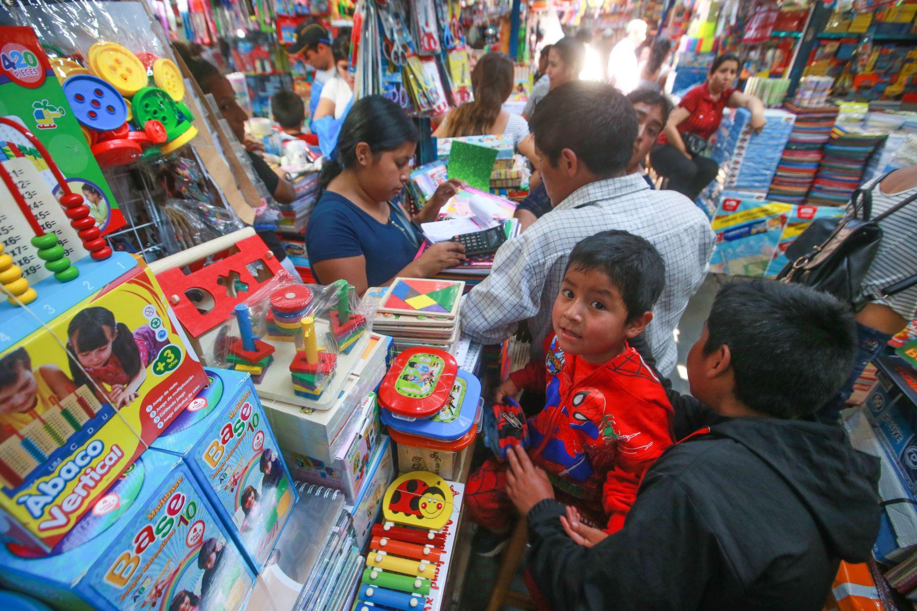 Los niños siempre quieren participar de estas compras para elegir sus colores y dibujos preferidos. Foto: ANDINA/ Jhony Laurente