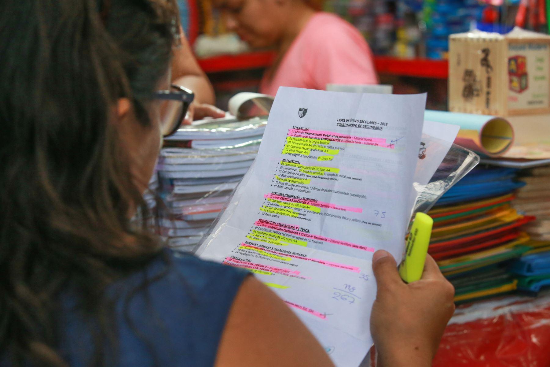 Los padres asisten a Mesa Redonda y Mercado Central con la lista de útiles proporcionada por los colegios donde estudian sus hijos. Foto: ANDINA/ Jhony Laurente