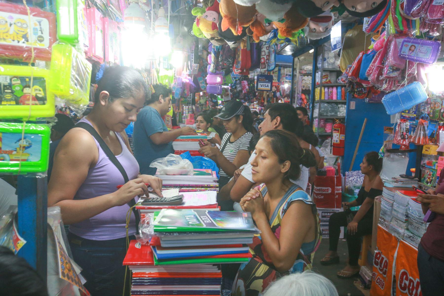 Esta madre de familia pareciera rezar para que el monto total de su compra en Mesa Redonda no supere lo que tiene en la cartera. Foto: ANDINA/ Jhony Laurente