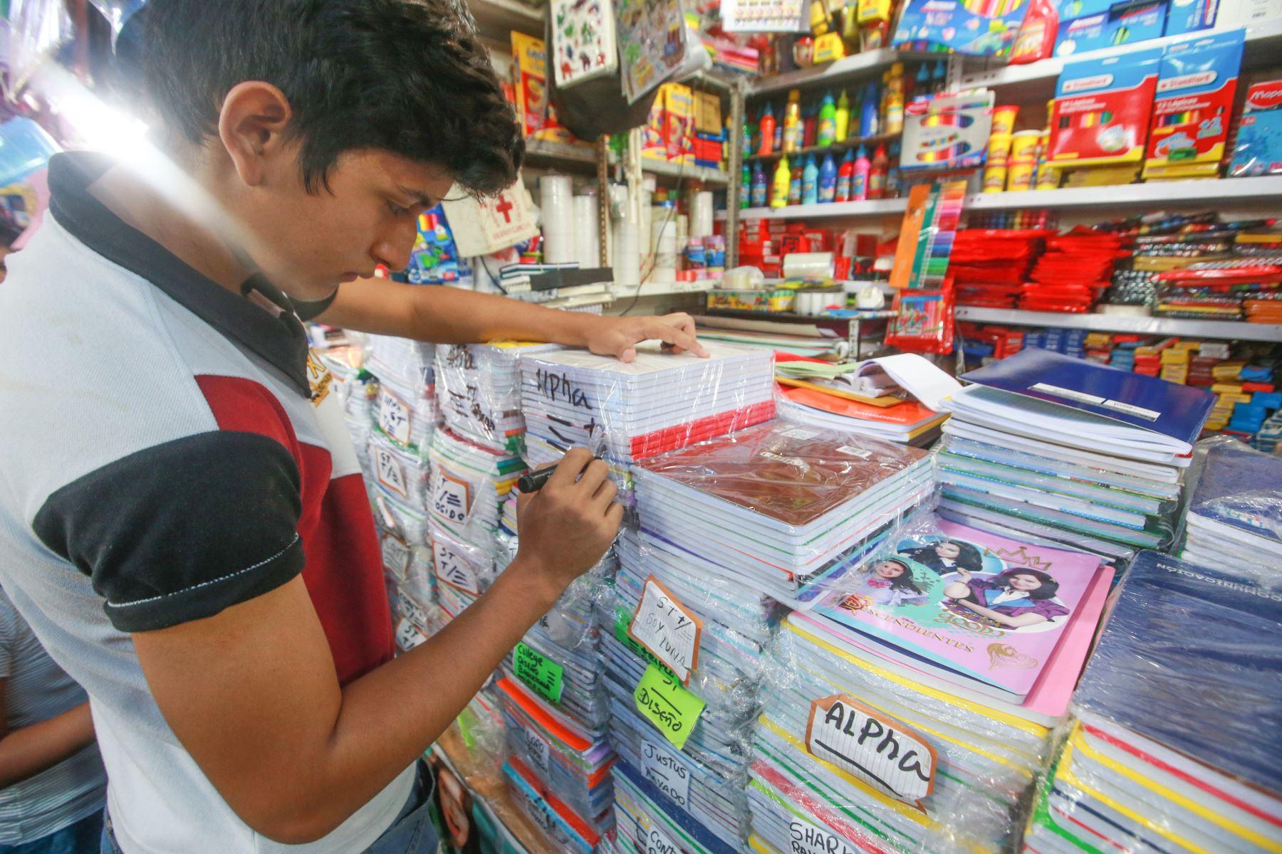 Los vendedores ofrecen una variada oferta de diferentes marcas de útiles escolares. Foto: ANDINA/ Jhony Laurente