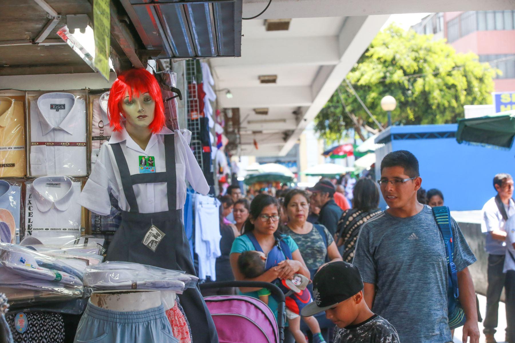 Las prendas escolares son las más solicitadas en febrero y marzo en el Mercado Central y Mesa Redonda. Foto: ANDINA/ Jhony Laurente