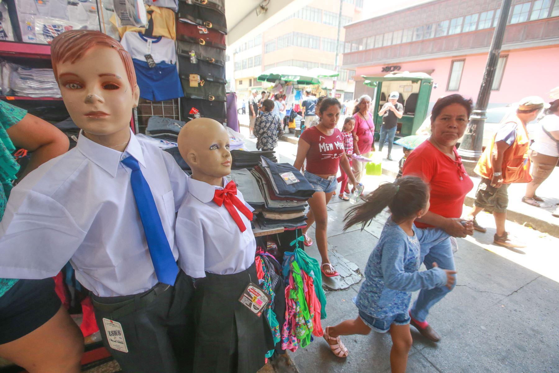 A pocos días de iniciarse el año escolar 2018, padres de familia acuden a centros comerciales para compra de útiles y uniformes. Foto: ANDINA/ Jhony Laurente