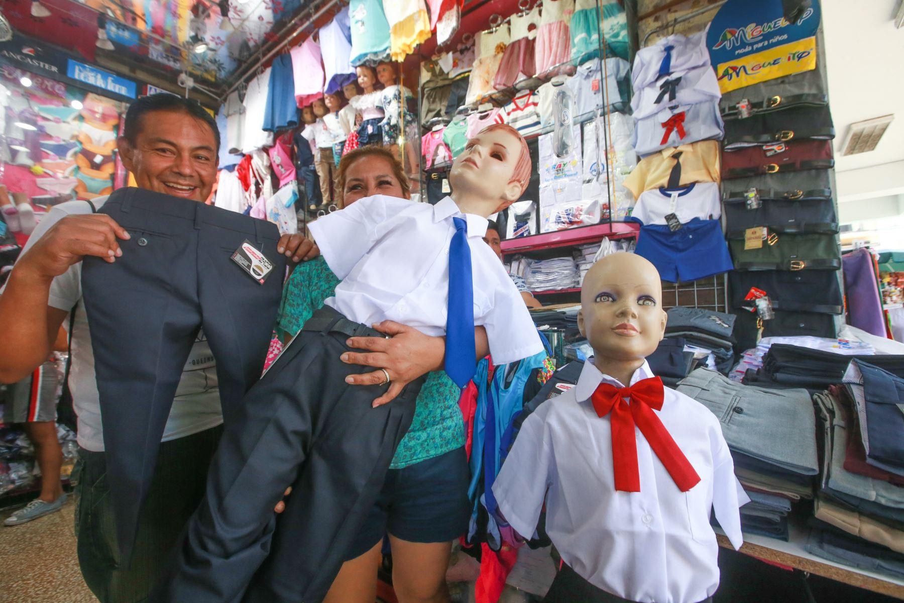 La adquisición de un uniforme escolar de verano e invierno puede bordear los 200 soles. Foto: ANDINA/ Jhony Laurente