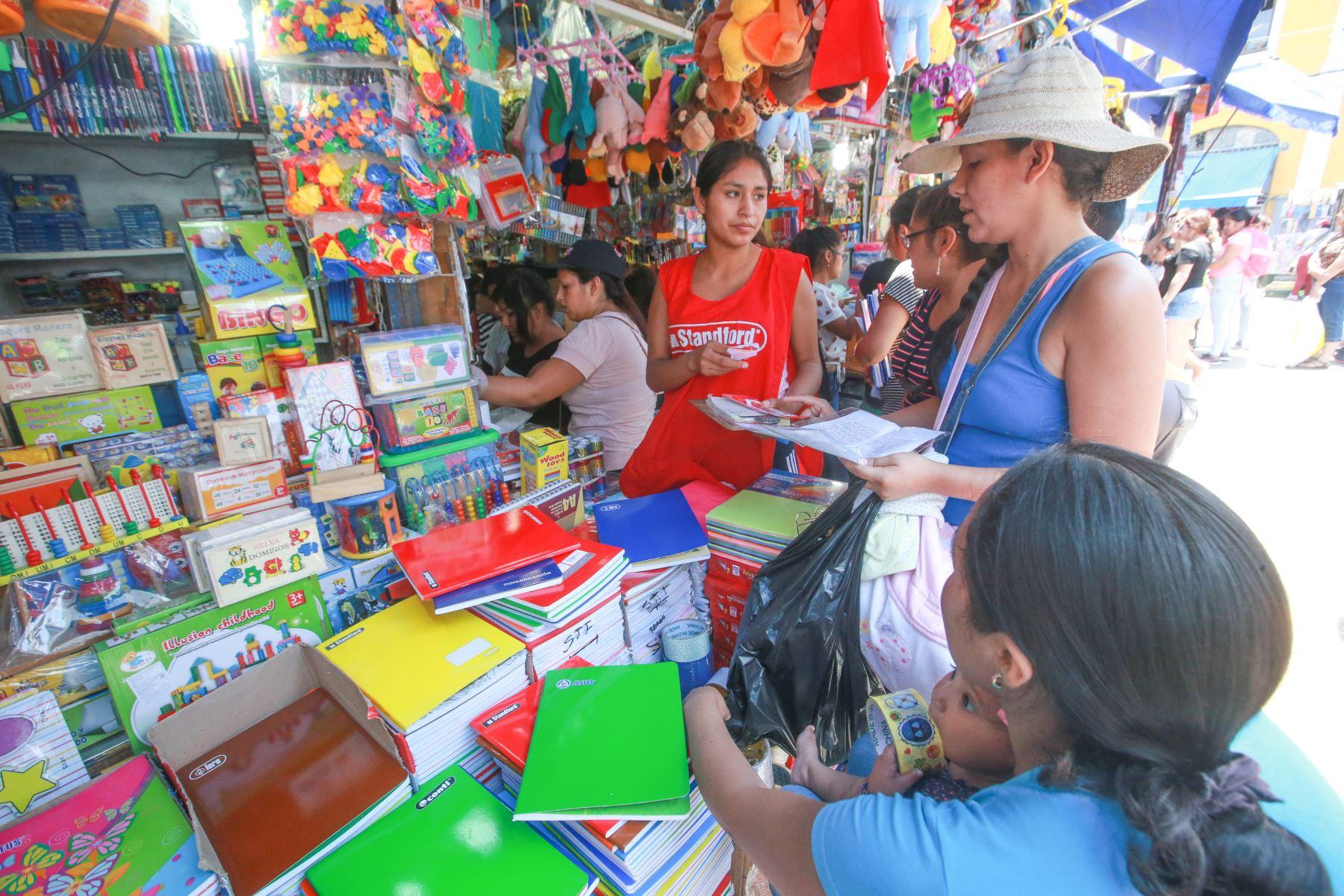 Bajo el intenso sol del verano, los padres acuden a los centros comerciales en busca de los materiales educativos para sus hijos. Foto: ANDINA/ Jhony Laurente