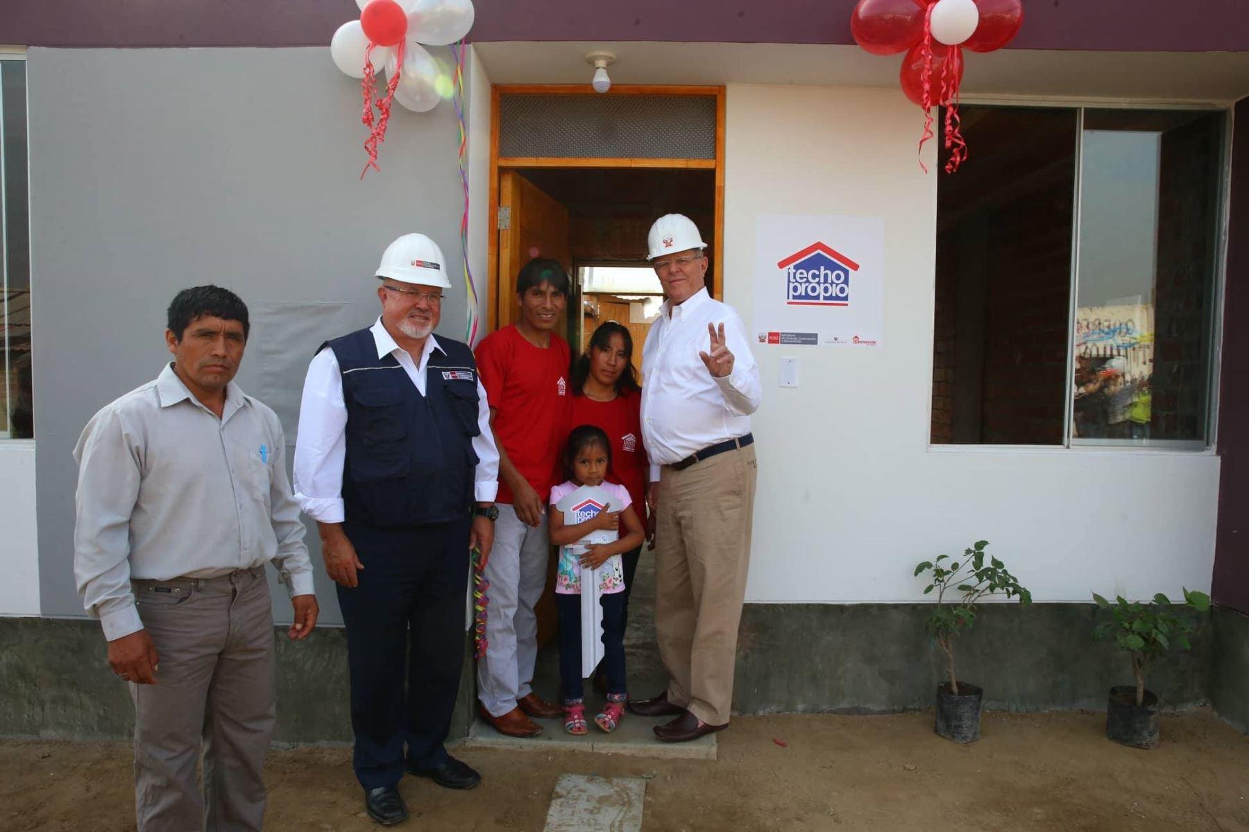 01/03/2018   Presidente Kuczynski entrega la vivienda número 2,000 a escala nacional en Cajamarquilla (Lurigancho). Foto: ANDINA/ Prensa Presidencia.