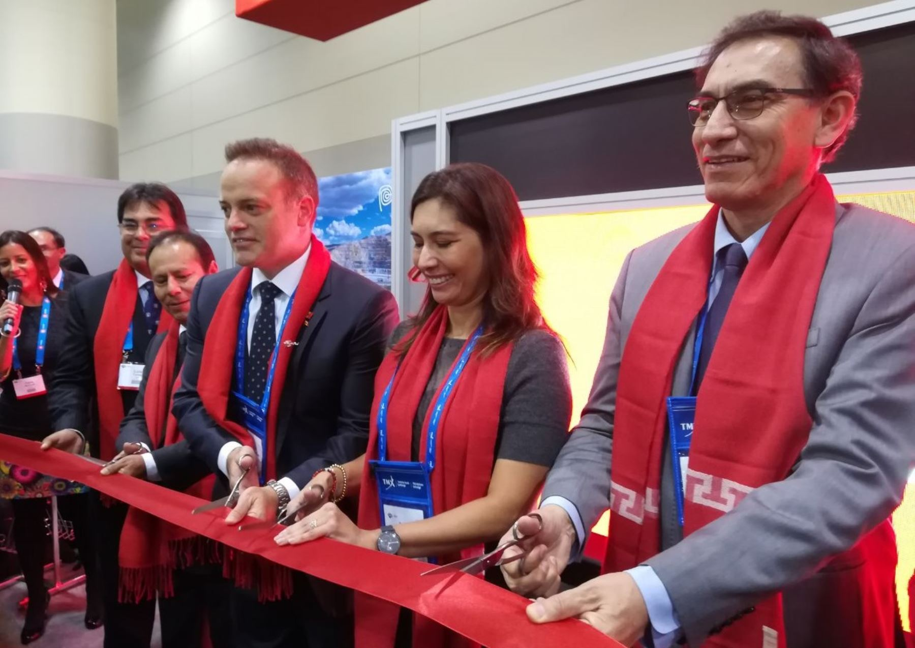 Ministra de Energía y Minas, Ángela Grossheim, y el vicepresidente de la República, Martín Vizcarra en inauguración de Stand Peruano en feria minera de Canadá PDAC 2018. Foto: Cortesía.