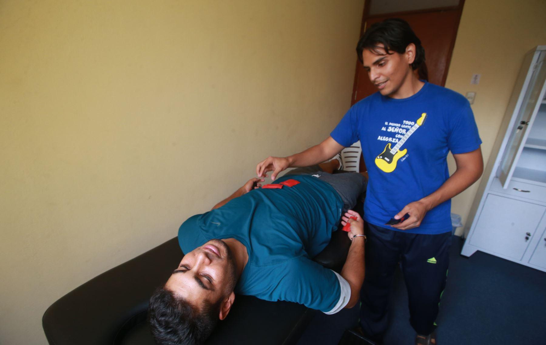 Jesús Sánchez y Jennifer Rivero, especialistas en medicina terapéutica natural, brindan servicios médicos a sus compatriotas. venezolano. Foto:ANDINA/Jhony Laurente