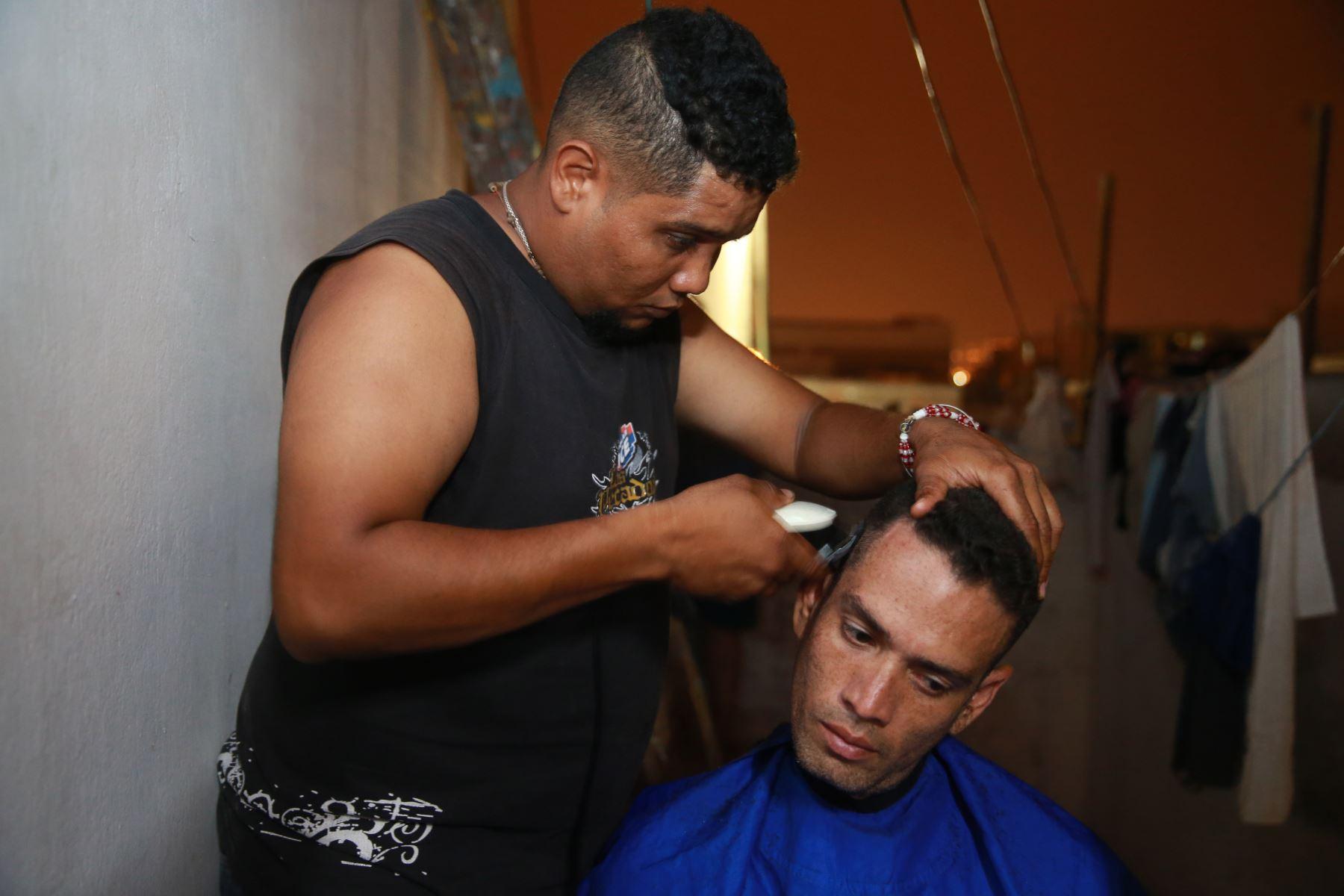 Algunos ofrecen servicios de corte de pelo como una manera de ayudarse económicamente. Foto: ANDINA/Vidal Tarqui