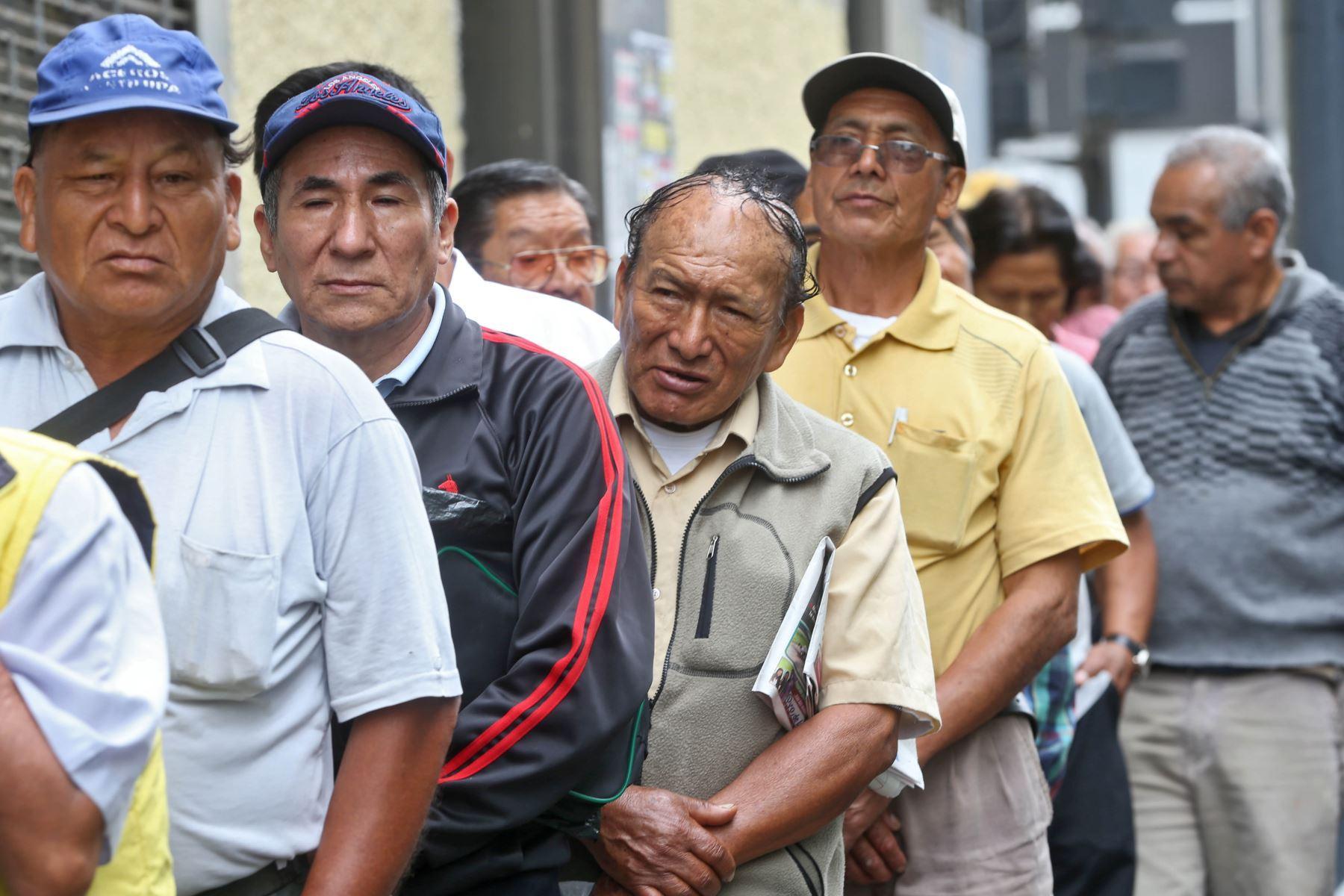 En nuestro país, muchos adultos mayores no acceden a una pensión o simplemente la que tienen es insuficiente para vivir. La hipoteca inversa es un mecanismo que permite recibir una pensión periódicamente, equivalente al valor del inmueble del que sea propietario. Foto: Oscar Farje