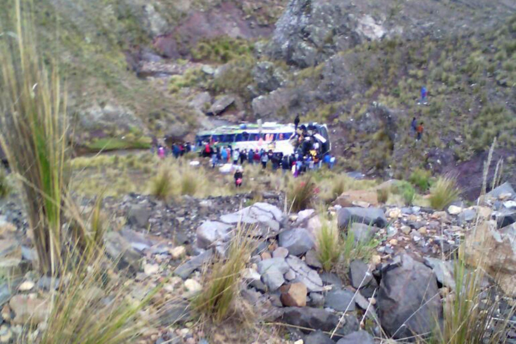Caída de bus deja 7 muertos en la ruta Nasca-Puquio. Foto: Facebook/Puquio en Videos