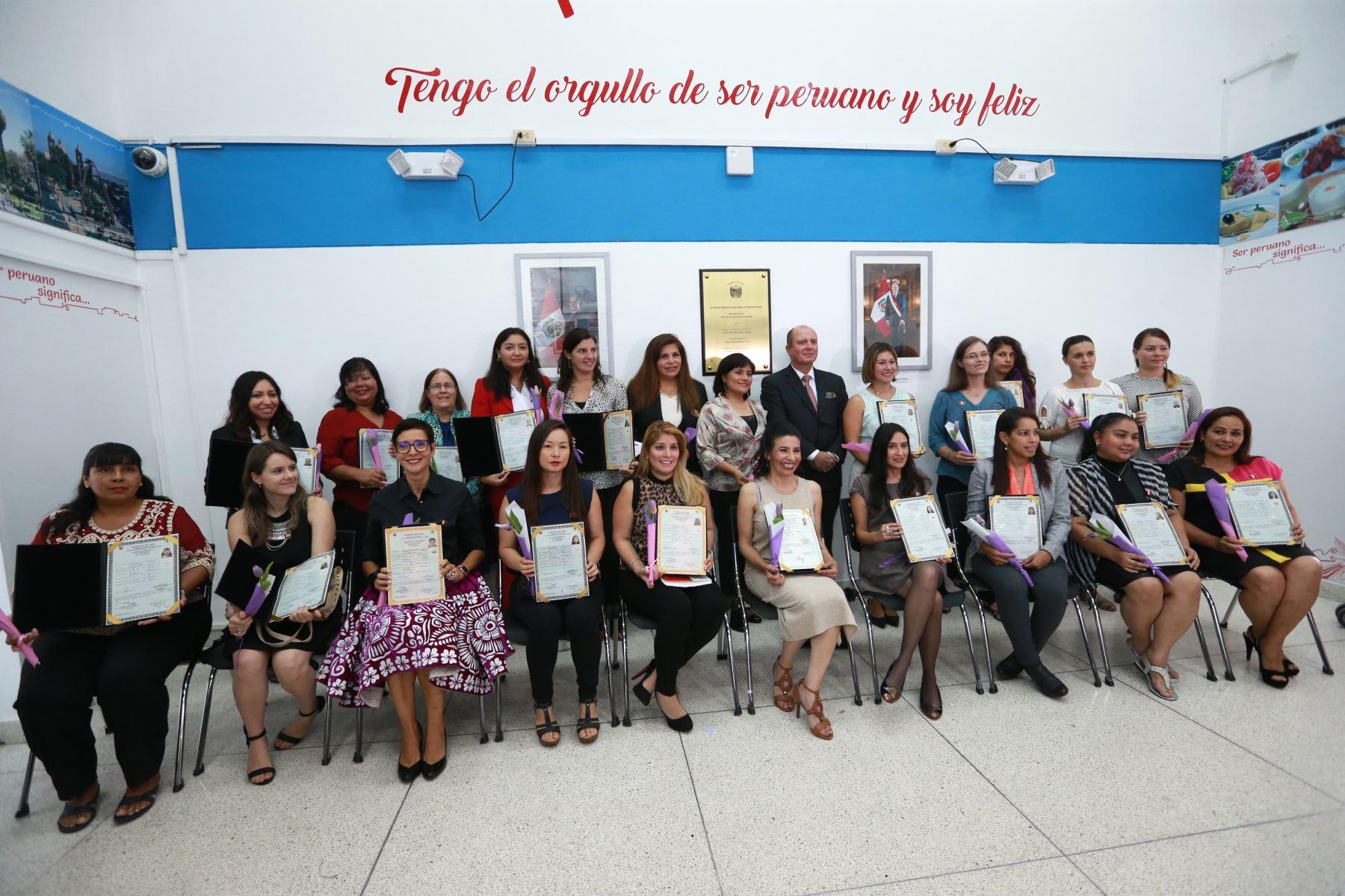 20 ciudadanas nacidas en el extranjero reciben el Título de Nacionalidad Peruana. Foto: ANDINA/Norman Córdova