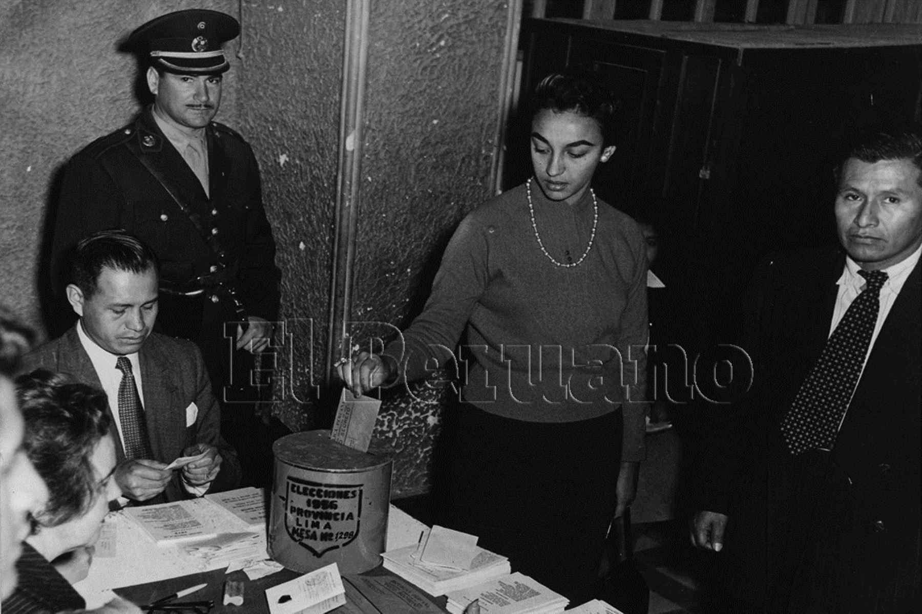 La mujer peruana sufragó por primera vez en las elecciones generales de 1956, un hito en la historia de la lucha por la igualdad.