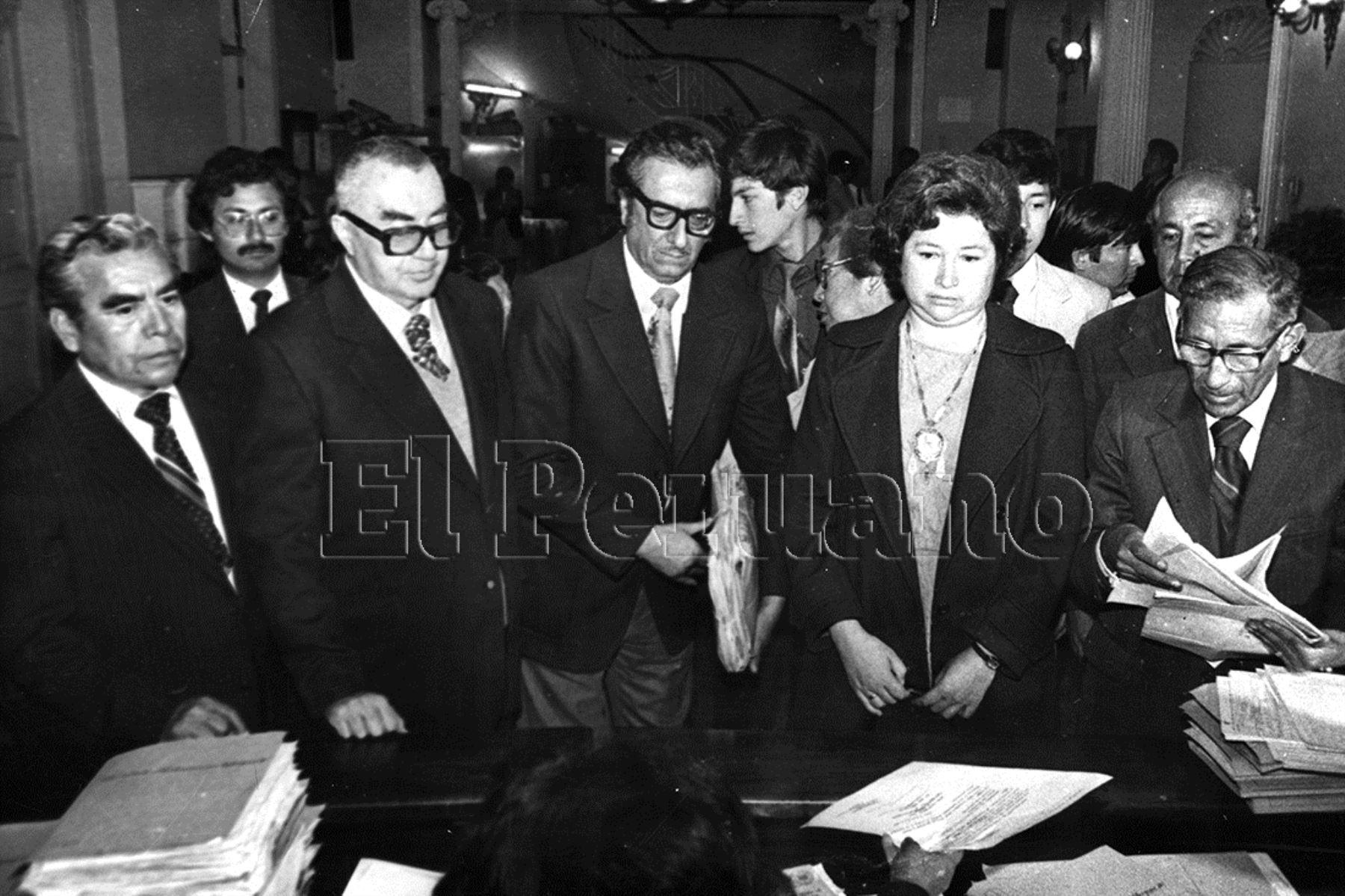 1990. Dora Narrea en el momento de la inscripción de su candidatura a la Presidencia de la República por la Unión Nacional Odriísta (UNO). Fue la primera mujer en  la historia del Perú en postular a la Presidencia.