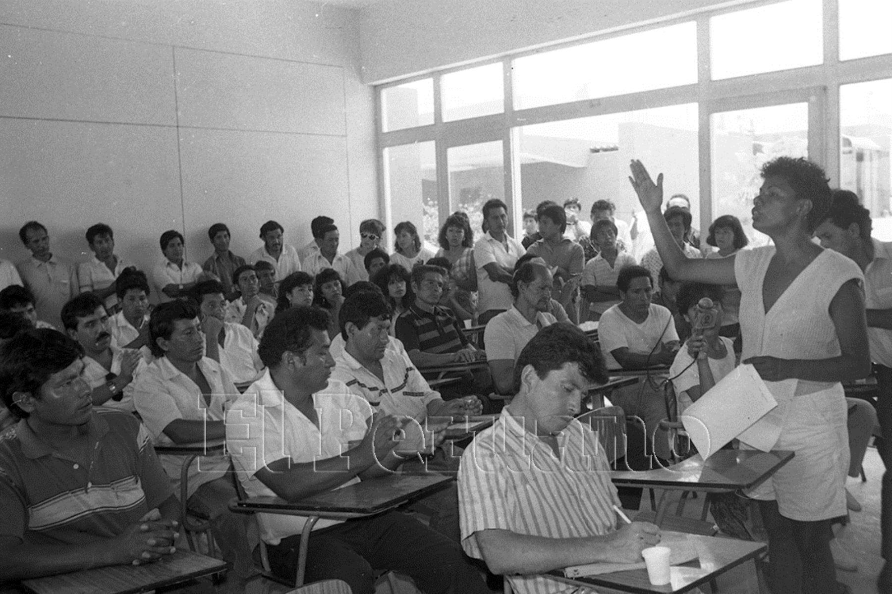 1992. María Elena Moyano, teniente alcaldesa de Villa el Salvador, dirigente y activista social, destacó por su férrea oposición a Sendero Luminoso y su prédica a favor del desarrollo por medio de la paz. Fue asesinada brutalmente por los terroristas en febrero de 1992.