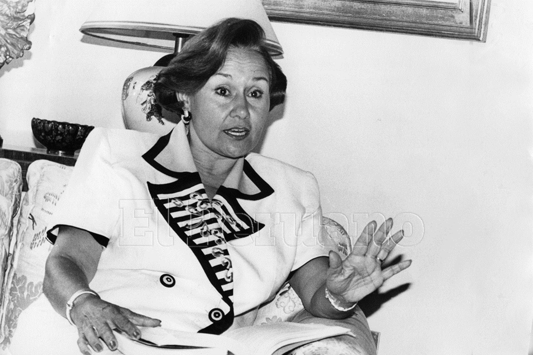 1995. La exmagistrada del Tribunal Constitucoonal, Delia Revoredo fue destituida por el régimen fujimorista por oponerse, junto a Guillermo Rey Terry y  Manuel Aguirre Roca, a la segunda reelección de Alberto Fujimori. Tras la caída del régimen (2000), fue restituida.