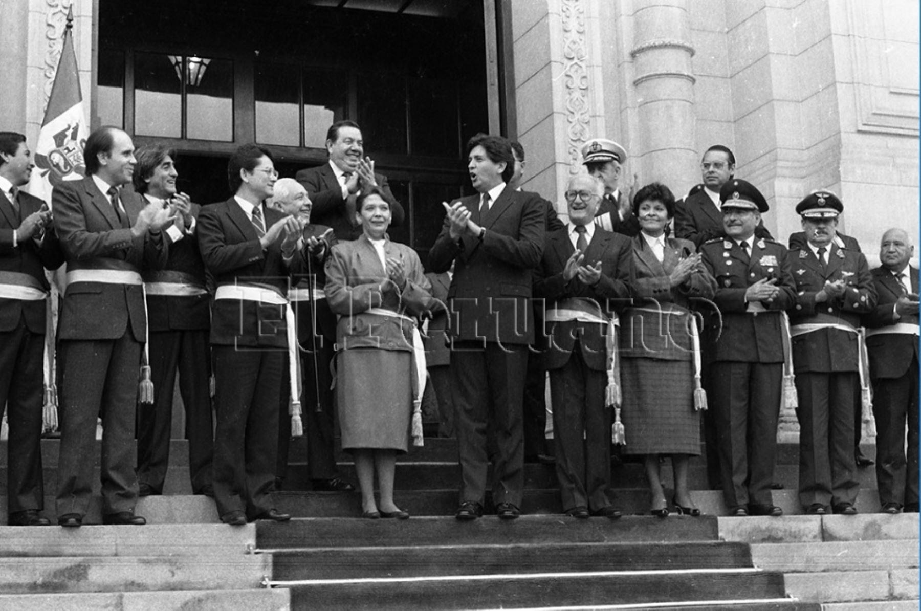 1985. En el primer gobierno de Alan García se designaron a las primeras ministras mujeres dentro de un gabinete. Ilda Urízar como titular de Salud y Mercedes Cabanillas en Educación.