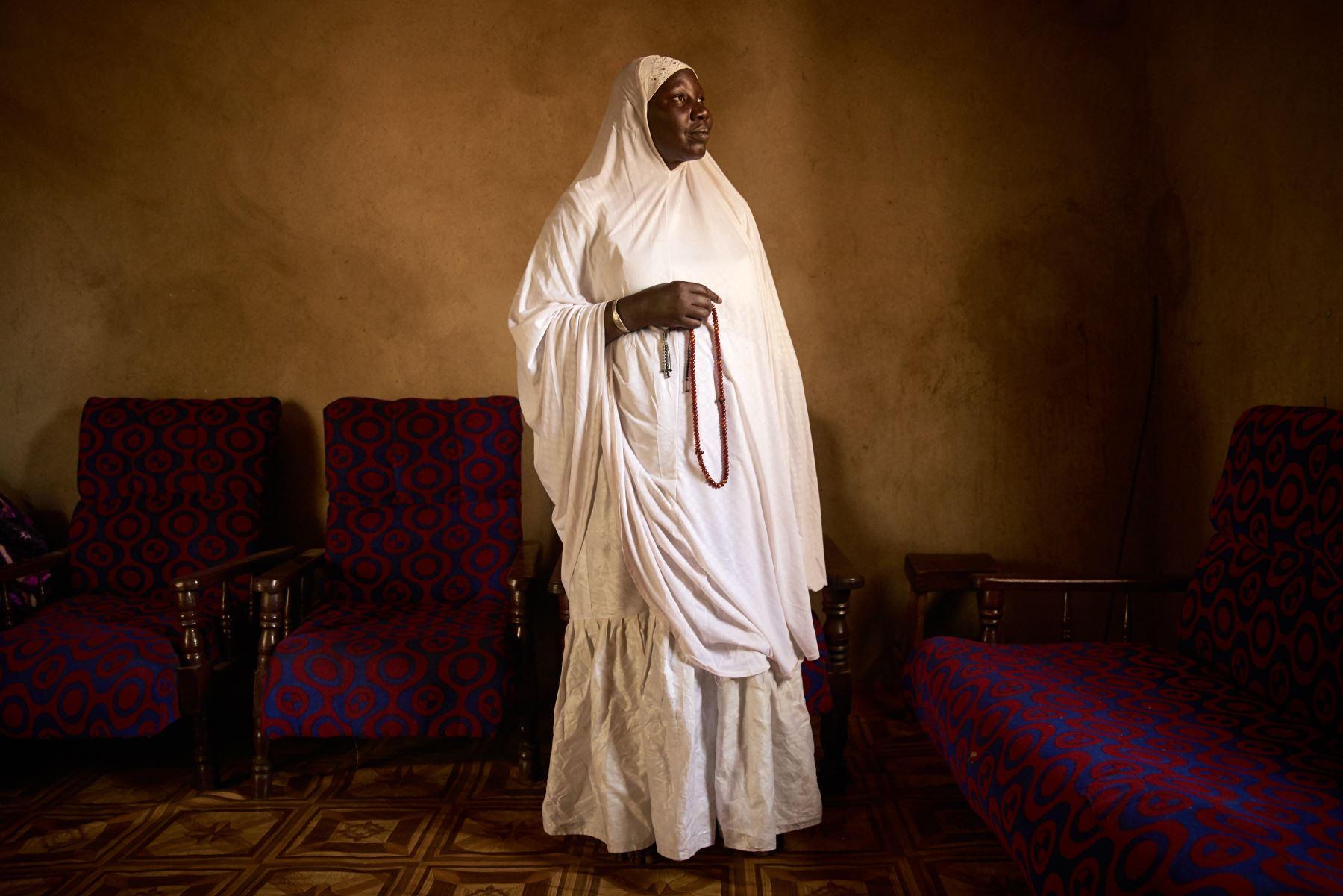 Houssa Nientao, de 64 años, una de las pocas marabouts femeninas en Bamako. Foto: AFP