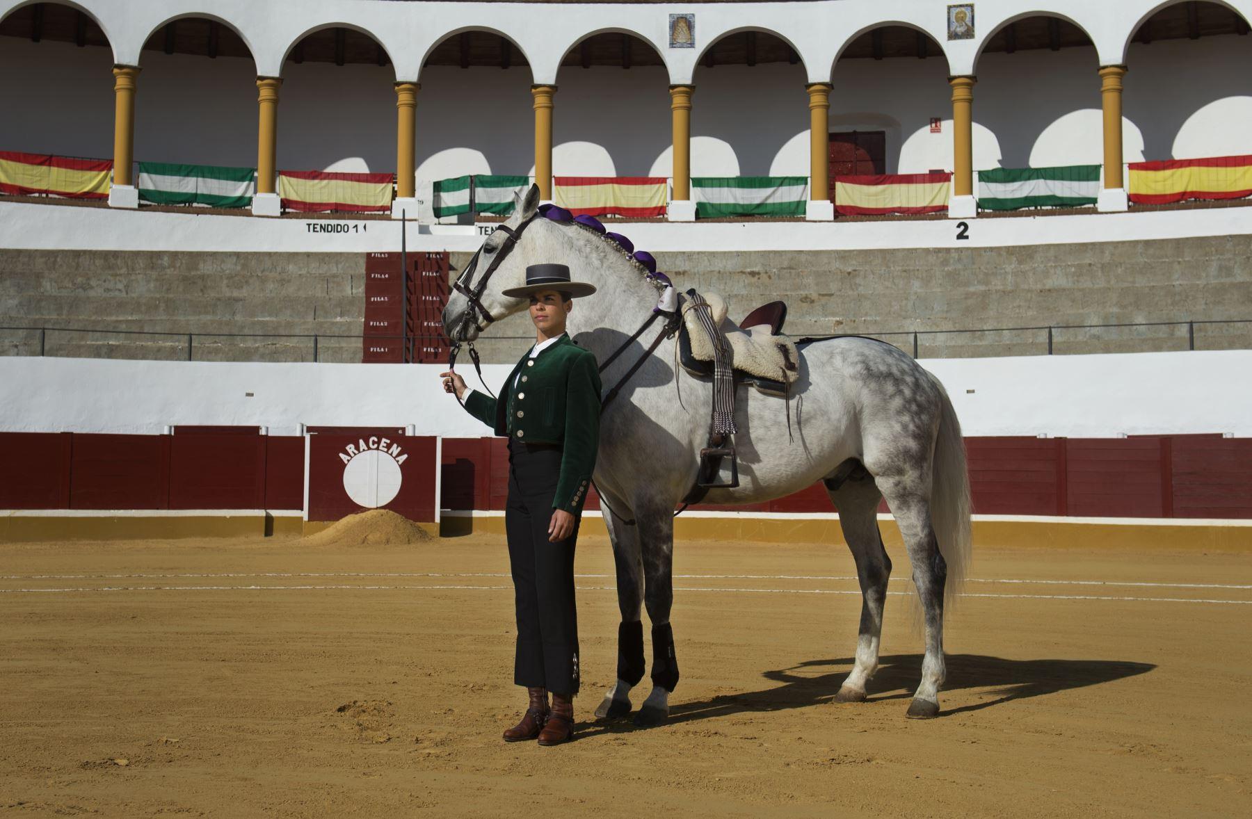 Rejoneadora Lea Vincens, posa en la plaza de Aracena, en Huelva, sur de España. Foto: AFP