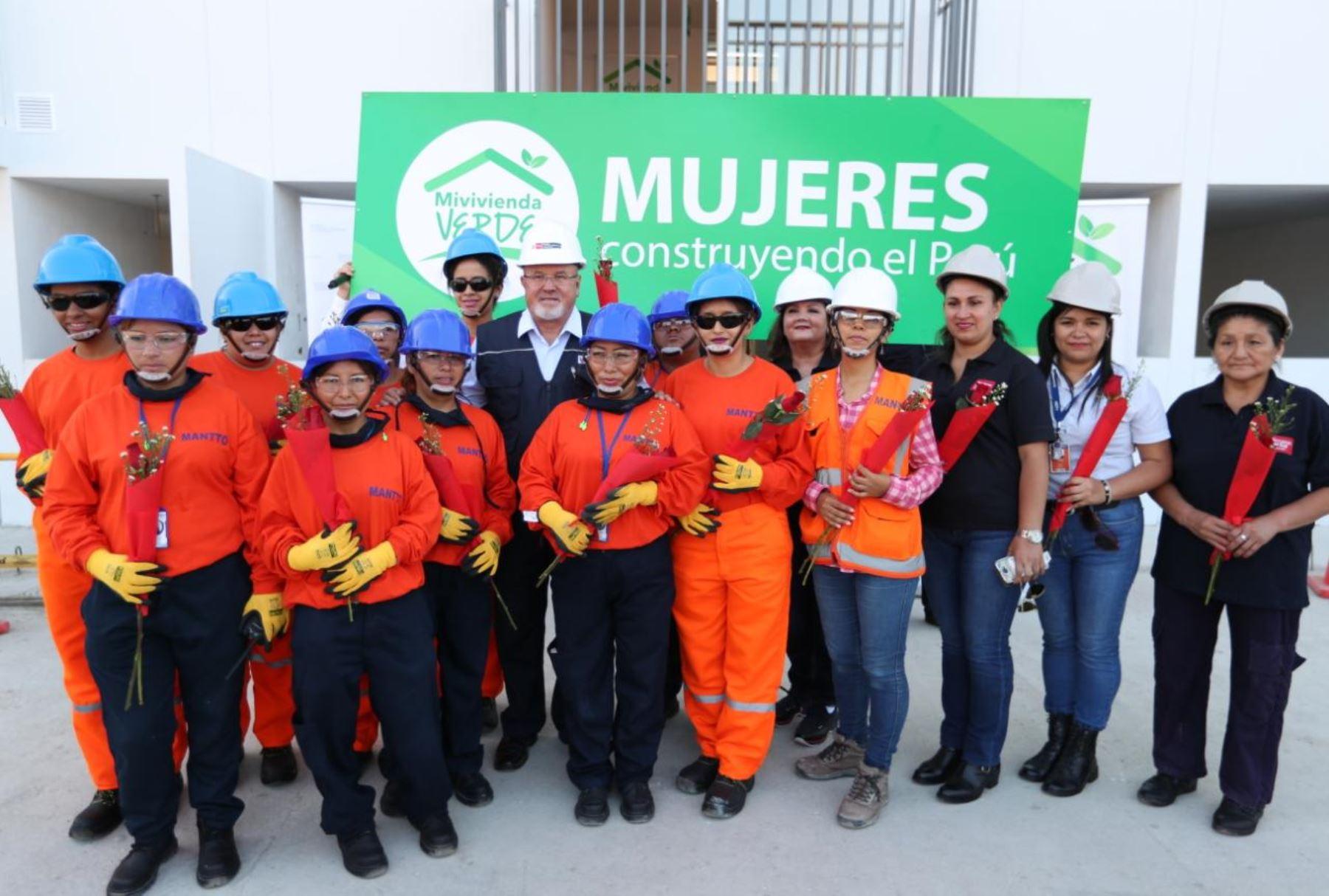 Ministro Carlos Bruce y trabajadoras del sector construcción.