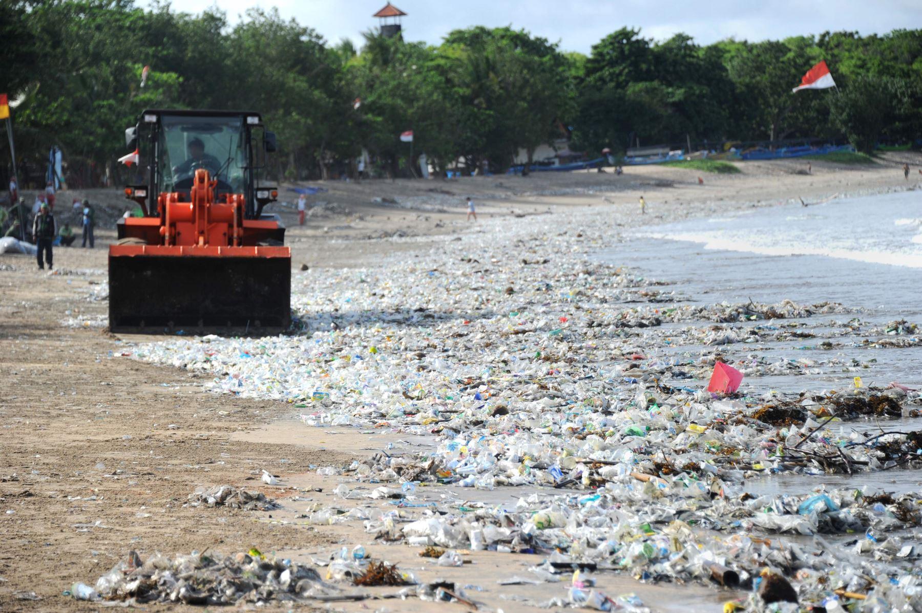 Basura en playas de Bali. Foto: AFP.