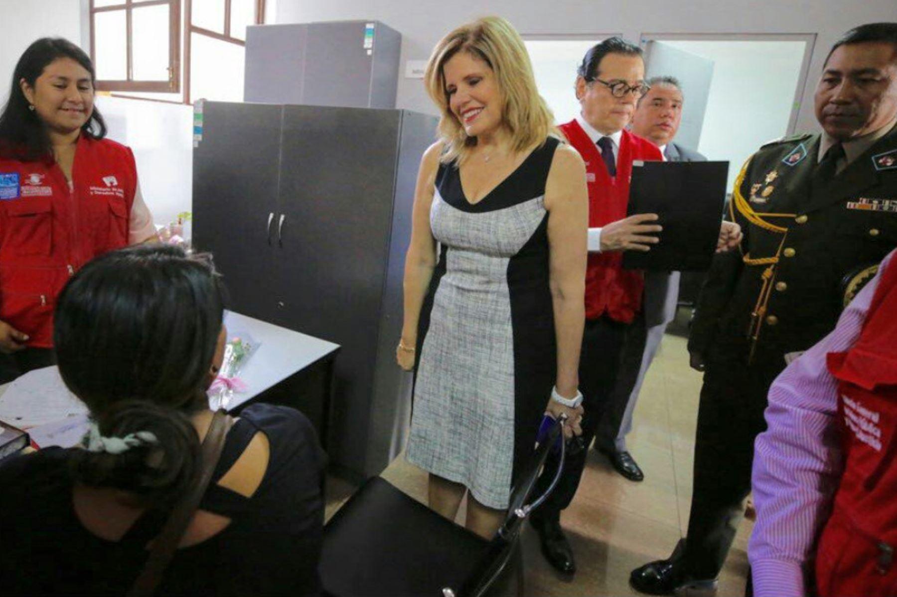 Mercedes Aráoz supervisó en el Cercado de Lima los servicios que ofrece el Centro de Asistencia Legal Gratuita (ALEGRA) del Ministerio de Justicia. Foto: PCM.
