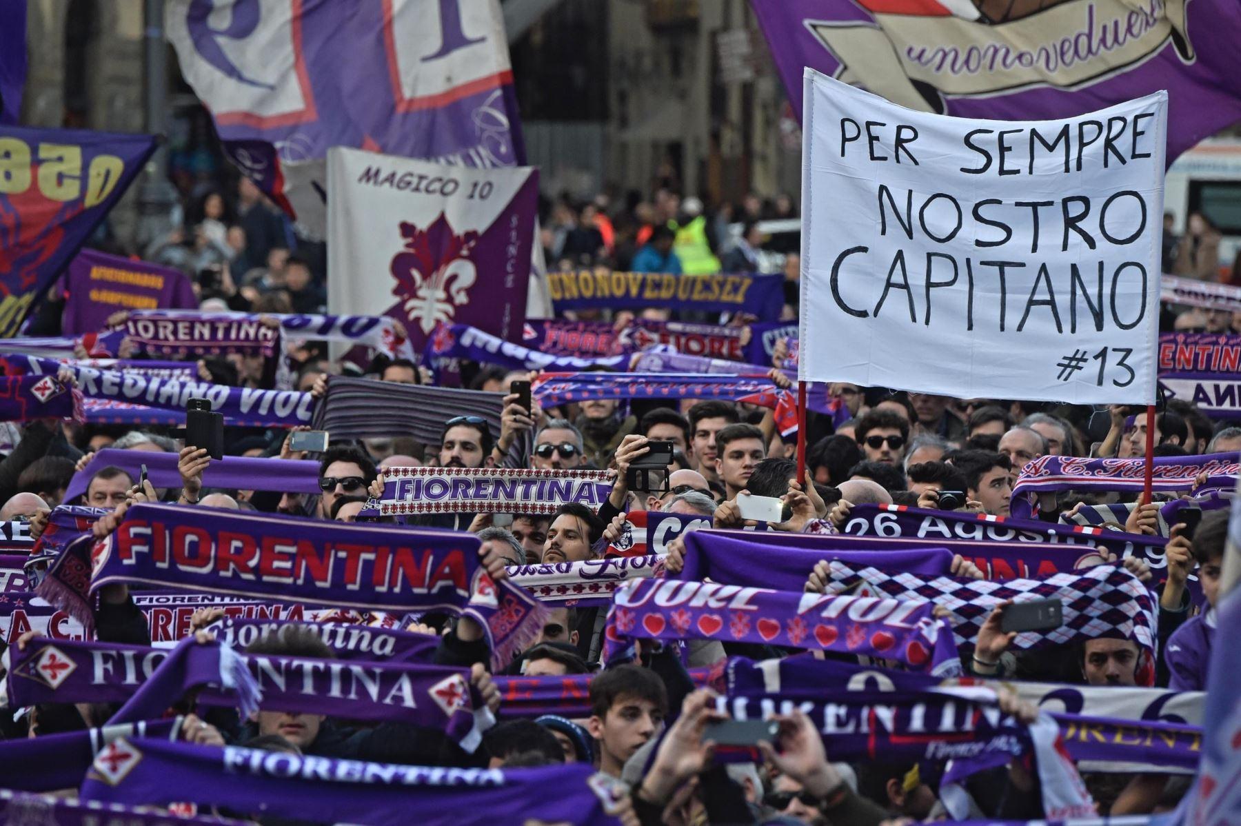 Aficionados despiden al capitán del Fiorentina, Davide Astori. Foto: EFE