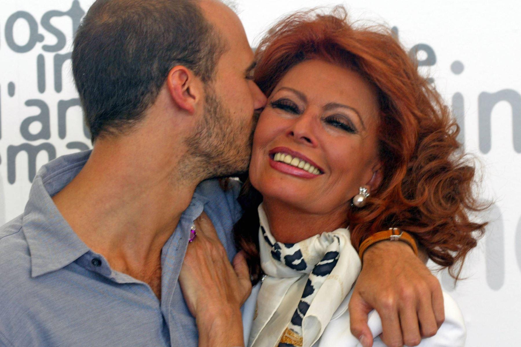 """Sophia Loren (Actriz) """"Nada hace más hermosa a una mujer que la confianza en sí misma""""."""