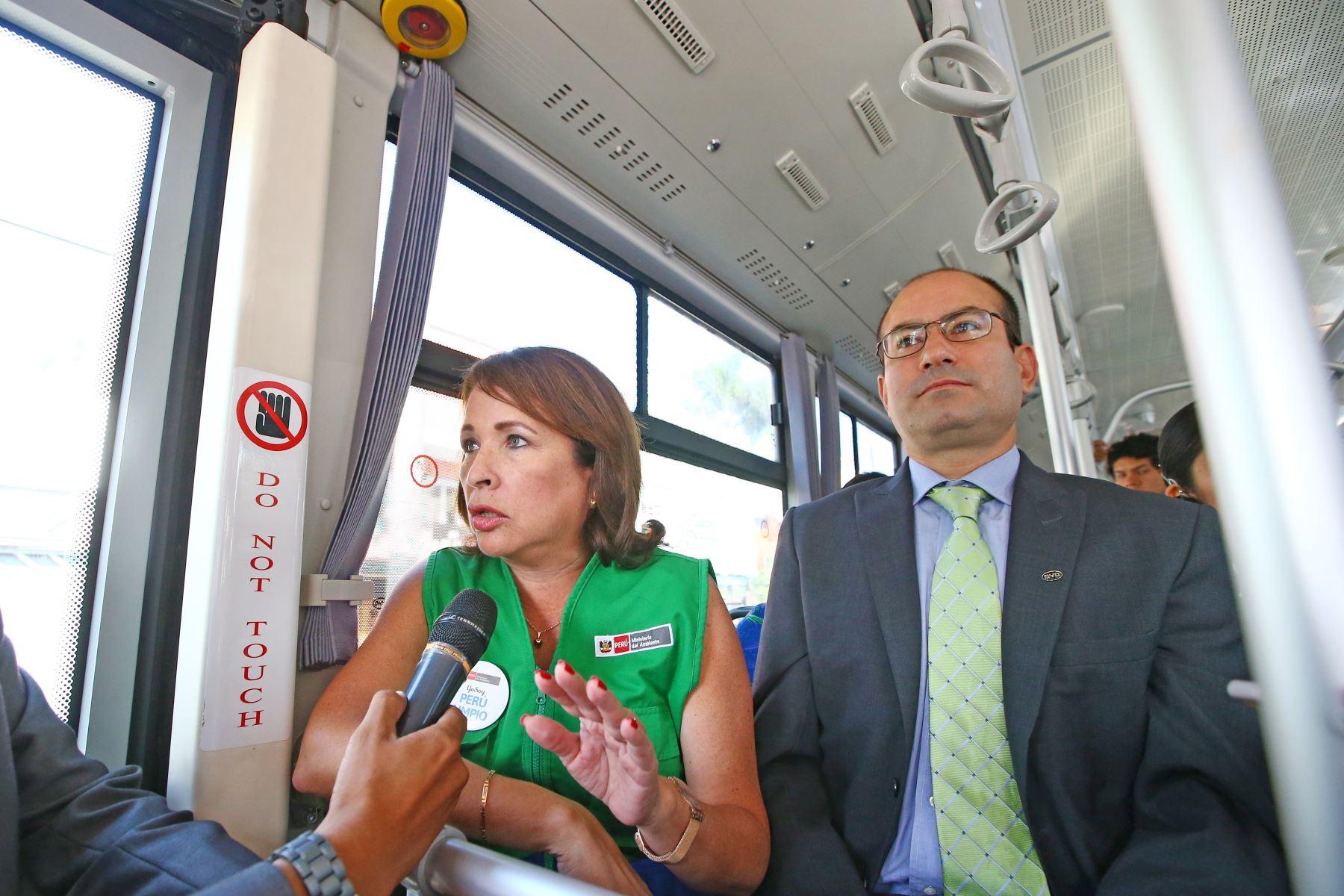 Ministra del Ambiente, Elsa Galarza presenta el primer bus eléctrico de transporte público. Foto: ANDINA/Melina Mejía