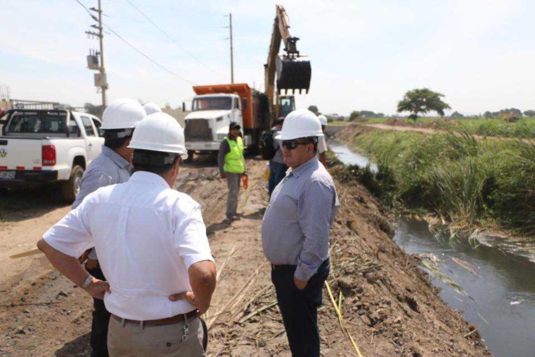 El gobernador regional de Lambayeque, Humberto Acuña Peralta, supervisó las obras de descolmatación y limpieza de drenes, ejecutadas por la Gerencia Regional de Agricultura, en el marco de las labores de prevención financiadas por la Autoridad Nacional para la Reconstrucción con Cambios.