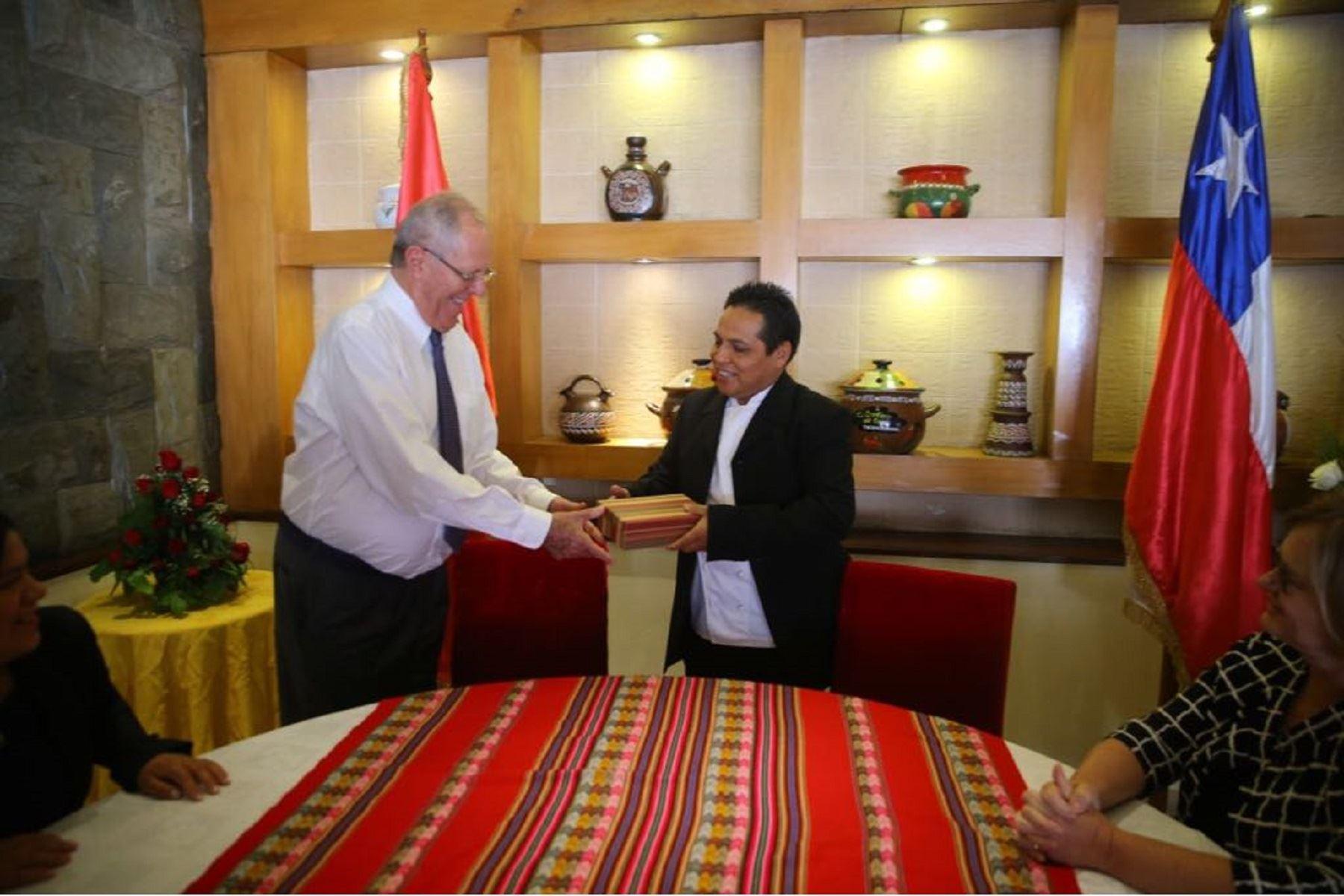 El presidente Pedro Pablo Kuczynski visitó al chef peruano Óscar Gómez, un emprendedor exitoso en Chile.