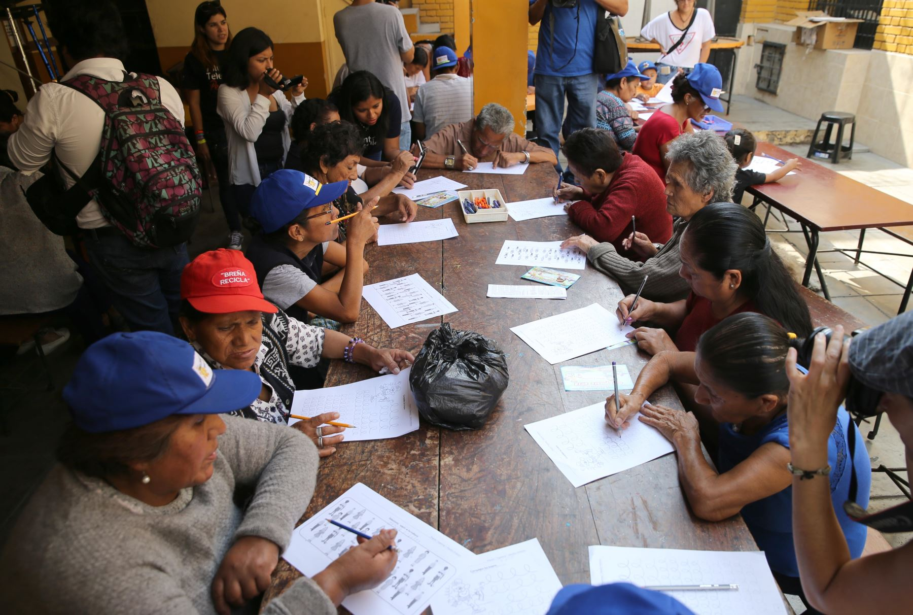 Abuelos quechua-hablantes del distrito de El Agustino aprenden a leer, escribir en español mediante el uso de tablets facilitadas por voluntaria de Telefónica del Perú. Foto: ANDINA/ Norman Córdova