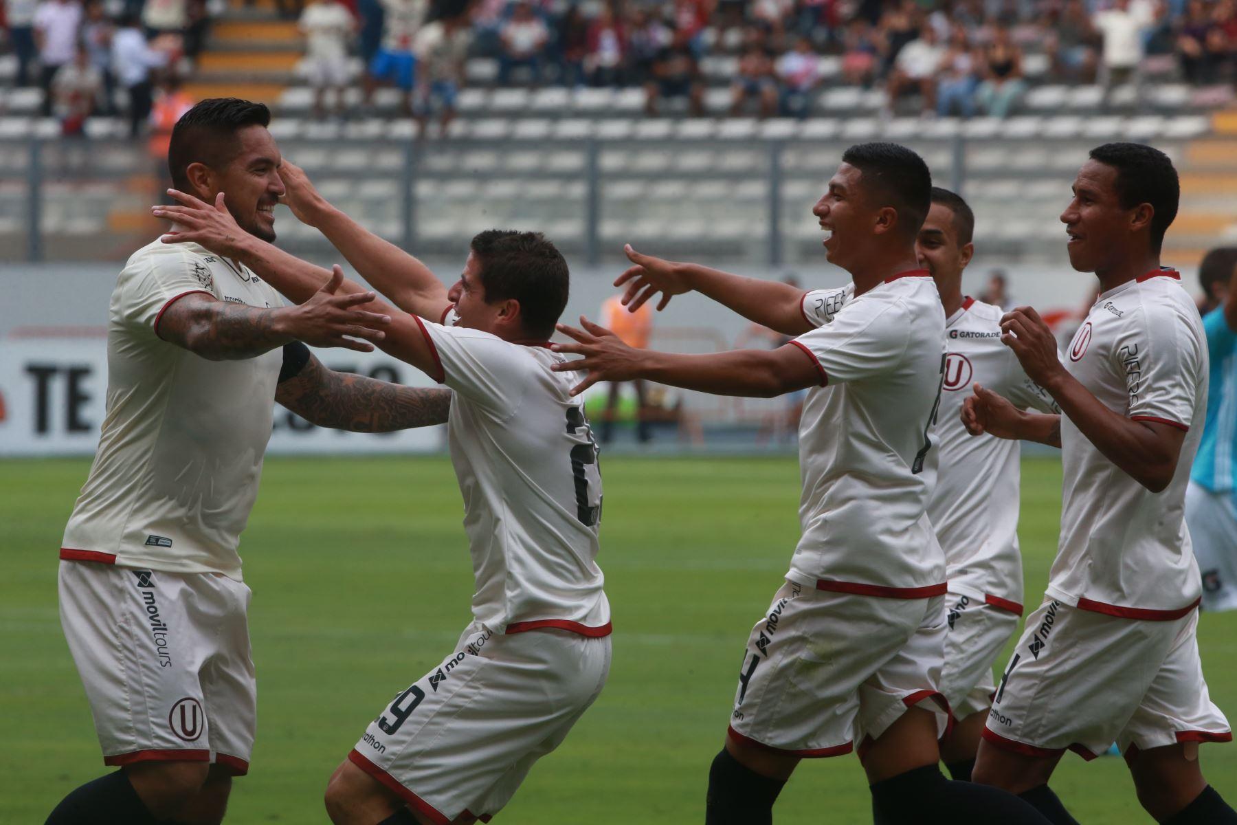 Juan Vargas y Aldo Corzo de Universitario celebran el gol contra Sporting Cristal, en el Estado Nacional . Foto:ANDINA/ Jhony Laurente