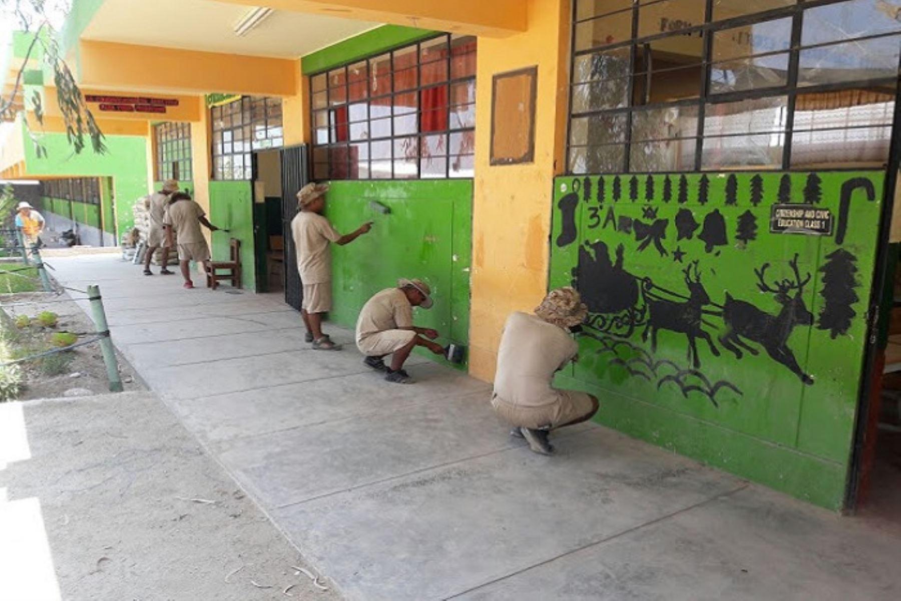 Los militares están apoyando con mano de obra en el pintado de los colegios, erradicación de basura, limpieza de cauces, entre otros.