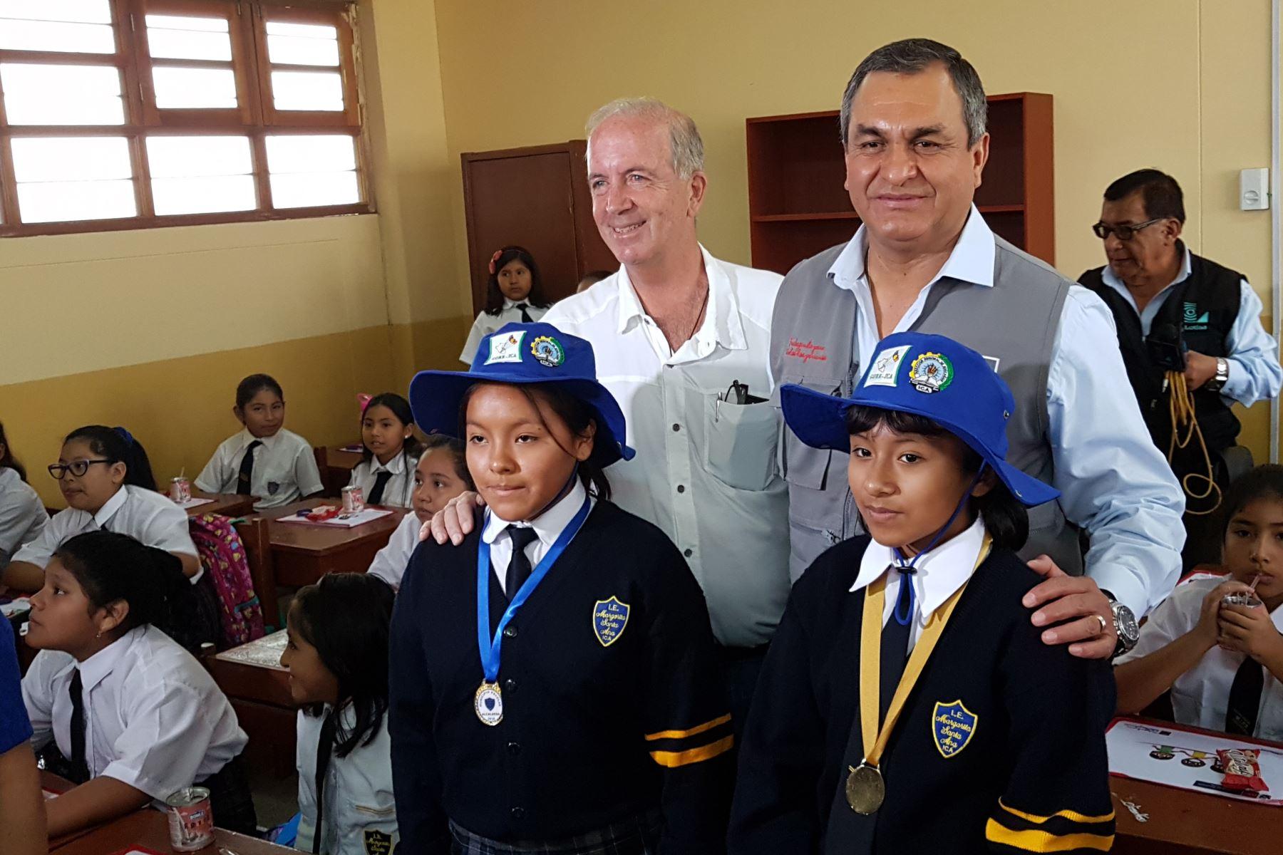 El ministro del Interior, Vicente Romero y el Gobernador Regional de Ica, Fernando Cillóniz, dieron inicio  al Año Escolar 2018 en la región Ica. Foto: Cortesía/ Genry Emerson Bautista Linares