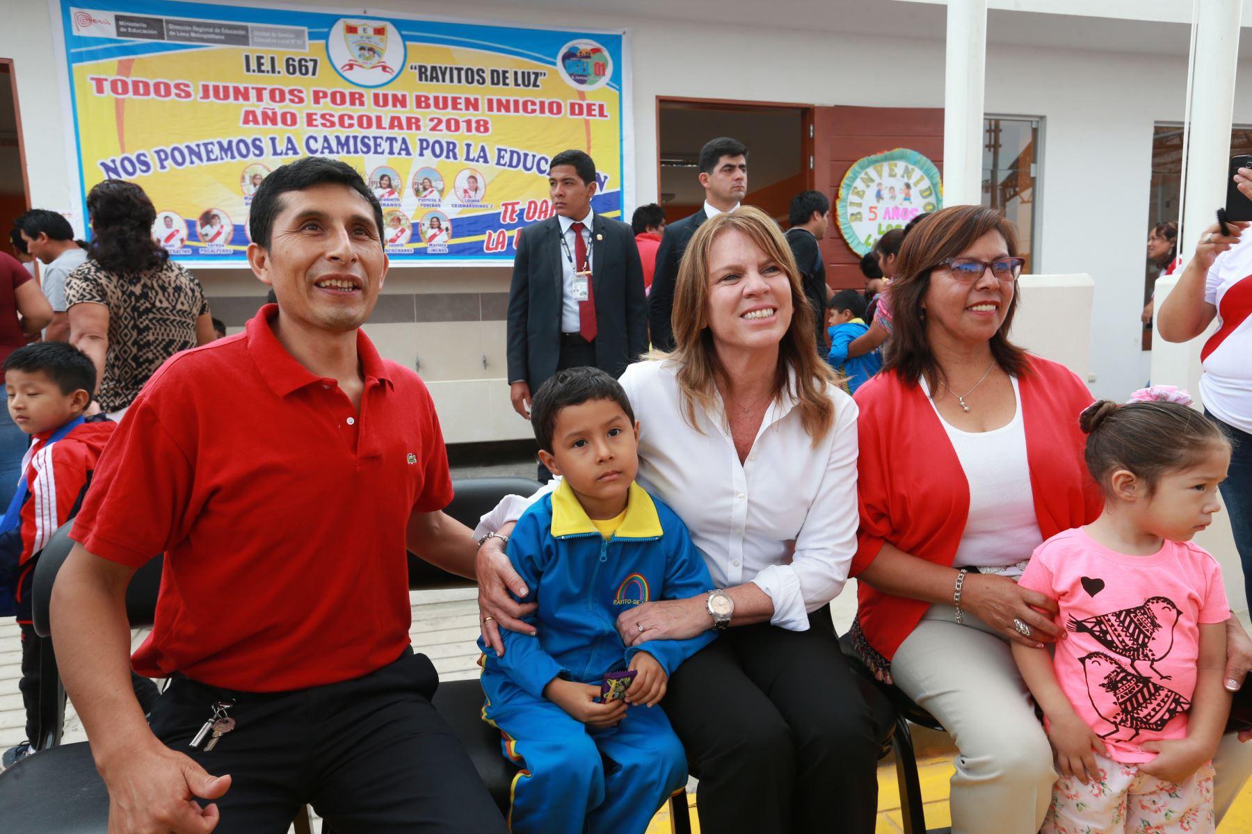 Ministra de Relaciones Exteriores, Cayetana Aljovín acompaña al pequeño Ian en el primer día de clases en su escuela de Pachacámac. Foto: ANDINA/Norman Córdova
