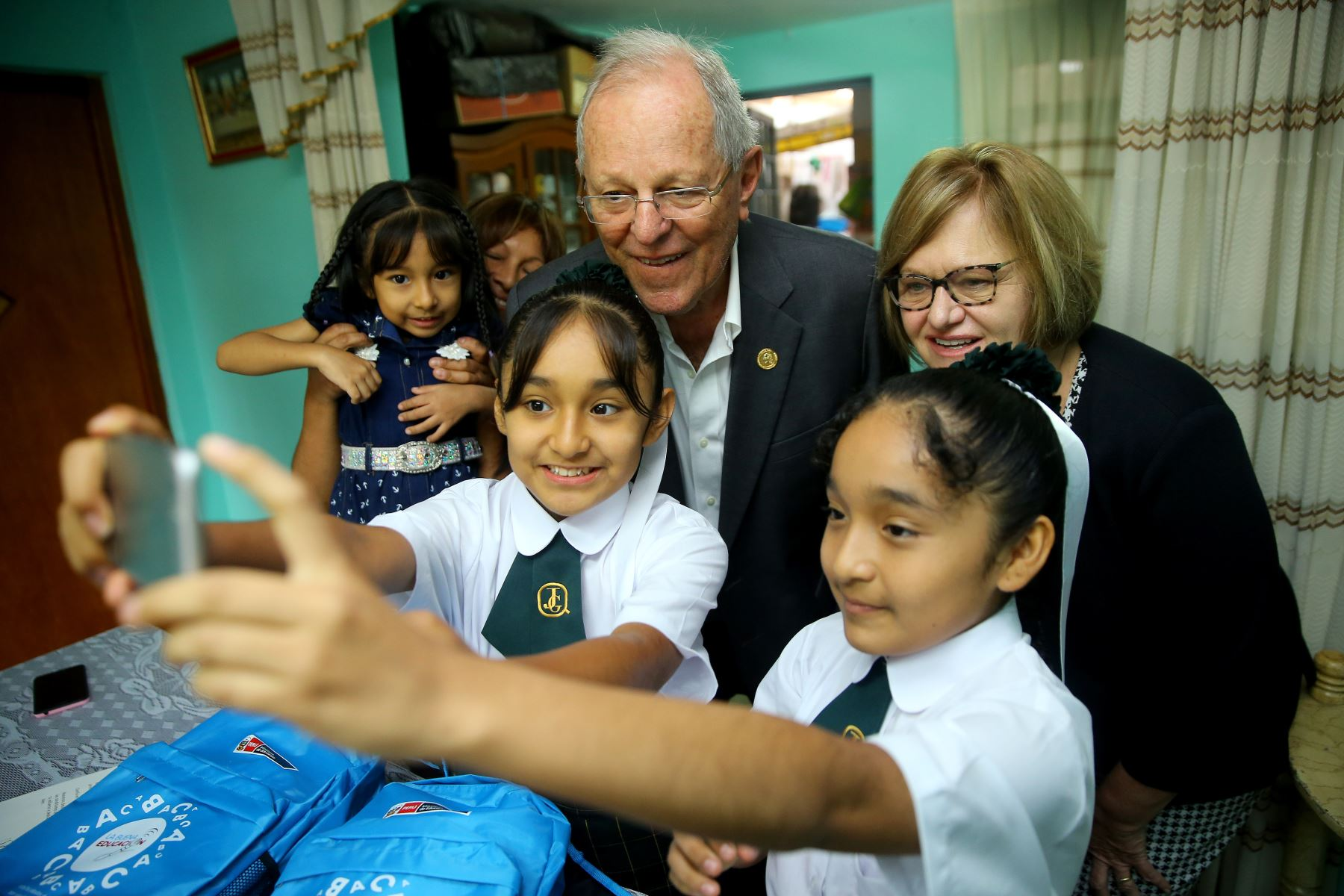 Jefe de Estado y Primera Dama, participan en el inicio del año escolar 2018 en la IE Juan Guerrero Quimper, Villa María del Triunfo. Foto: ANDINA/Prensa Presidencia