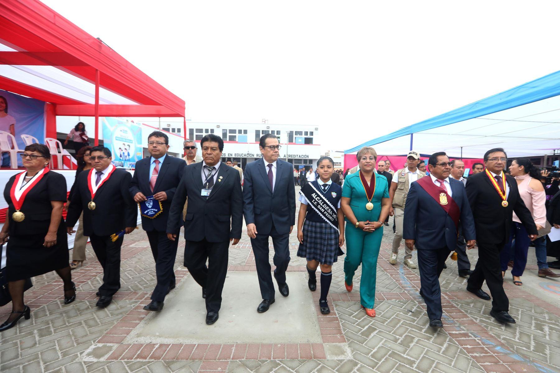 Ministro de Justicia, Enrique Mendoza, inauguró año escolar en colegio emblemático de Chimbote. ANDINA/Difusión