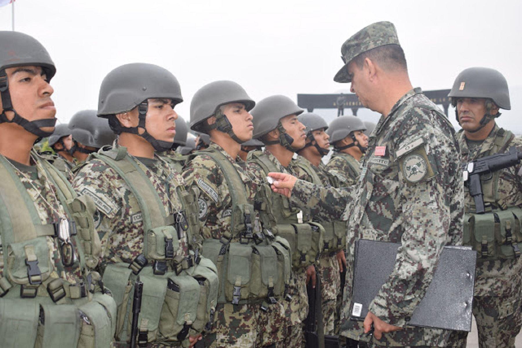 Ejército peruano realiza espectacular demostración en paracaídas ...