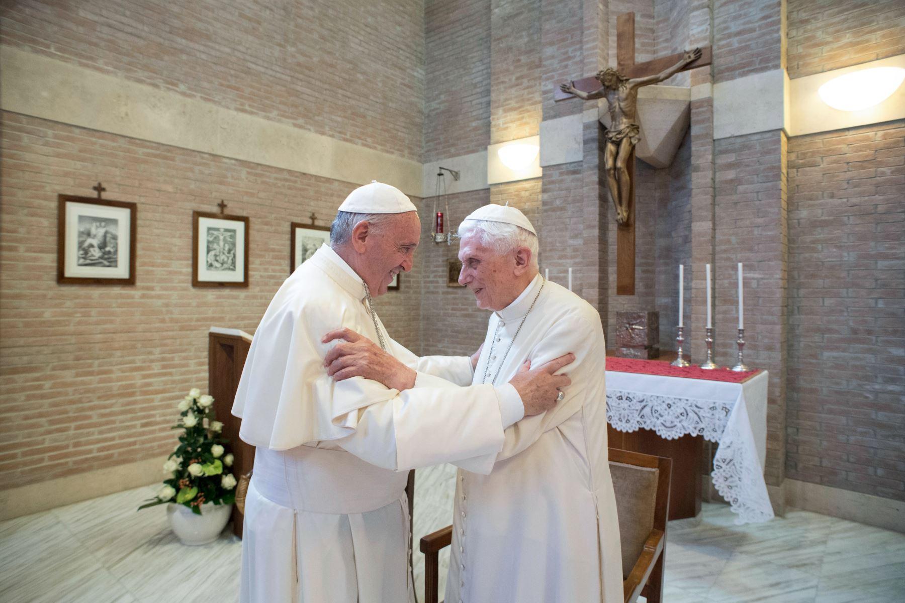Papa Francisco junto a Benedicto XVI. Foto: AFP