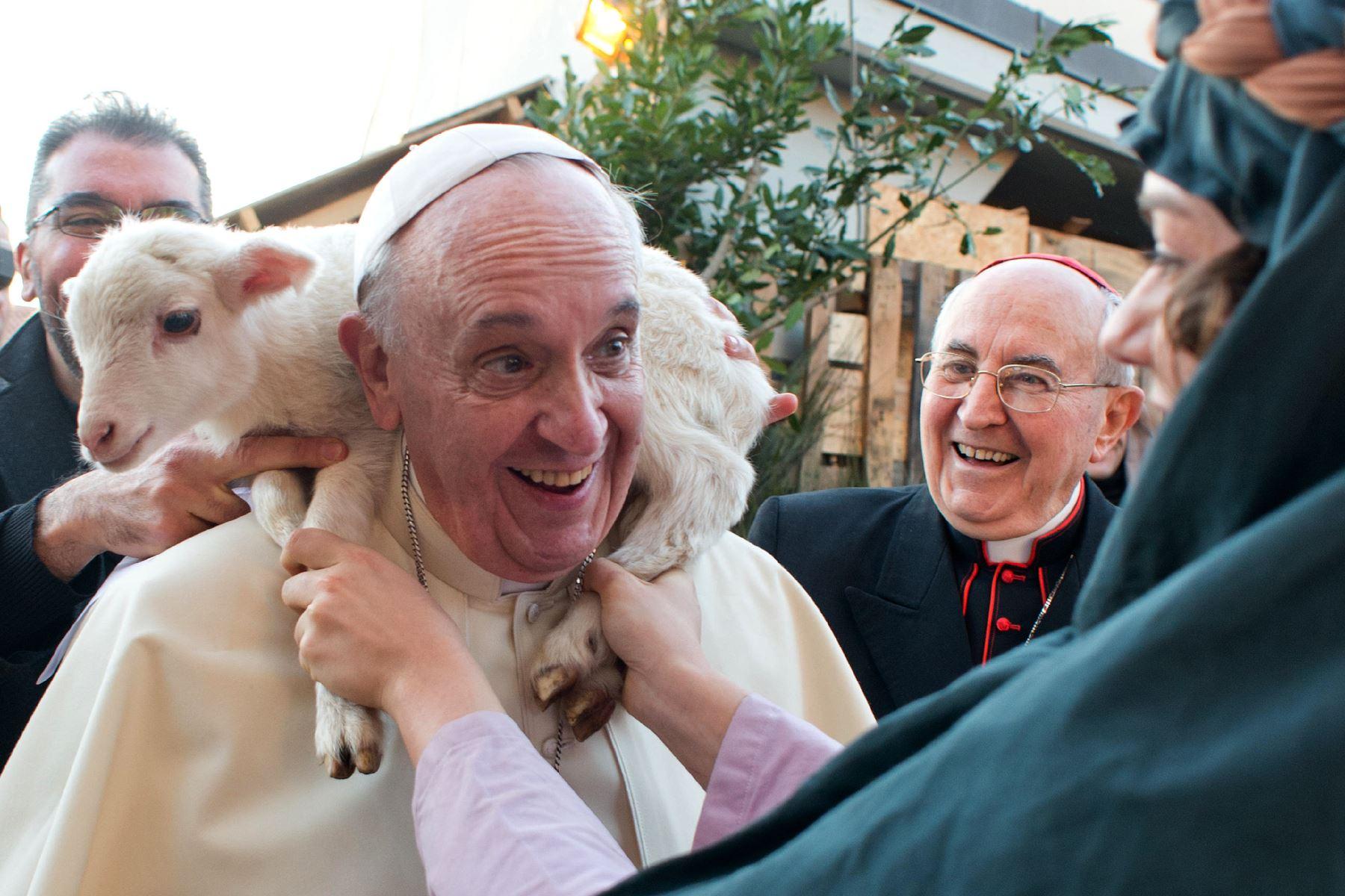 Papa Francisco visitó un pesebre viviente organizado por los fieles de la parroquia romana de San Alfonso de Ligouri. Foto: AFP