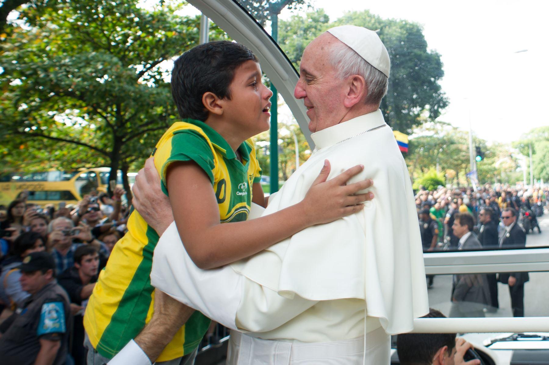 Papa Francisco saluda un niño durante su visita a Río de Janeiro. Foto: AFP