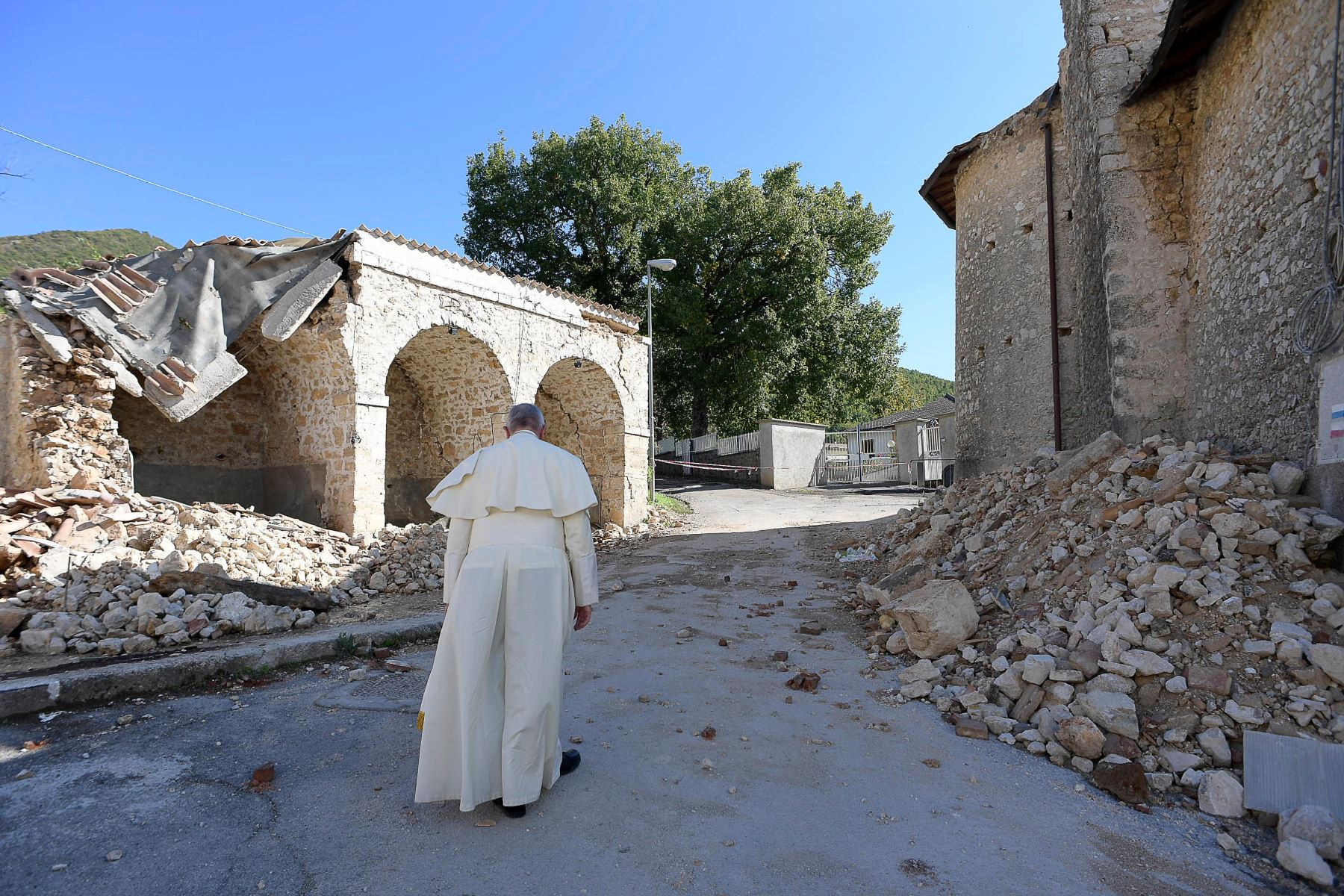 El Papa Francisco visita la ciudad de Amatrice, arrasada por un terremoto.Foto: AFP