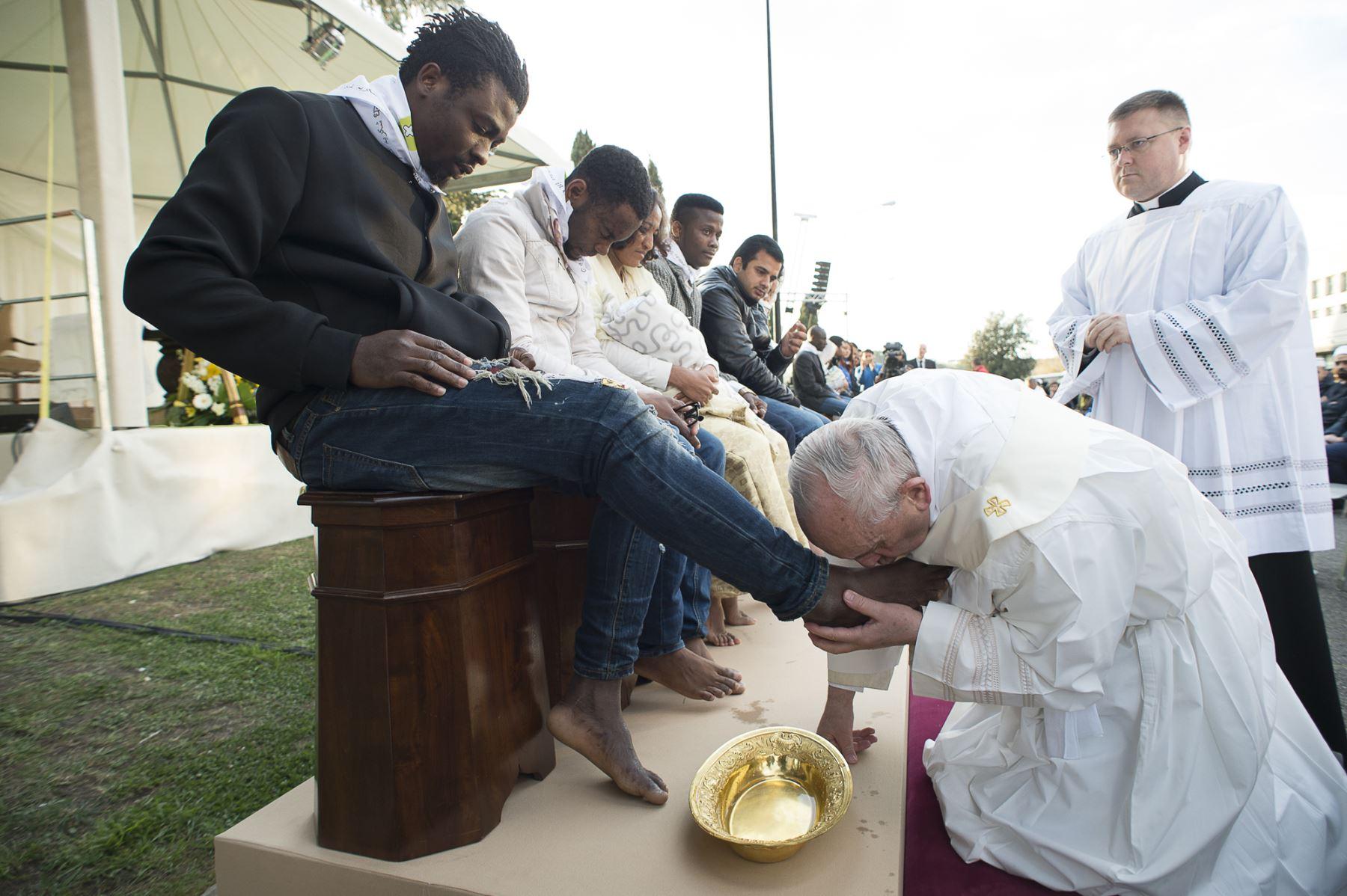 Papa Francisco lava los pies a refugiados musulmanes en Castelnuovo di Porto.Foto: AFP