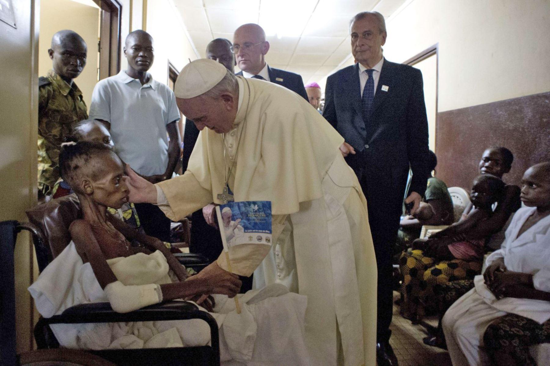 Papa Francisco visita un hospital de pediatría en Bangui.Foto: AFP