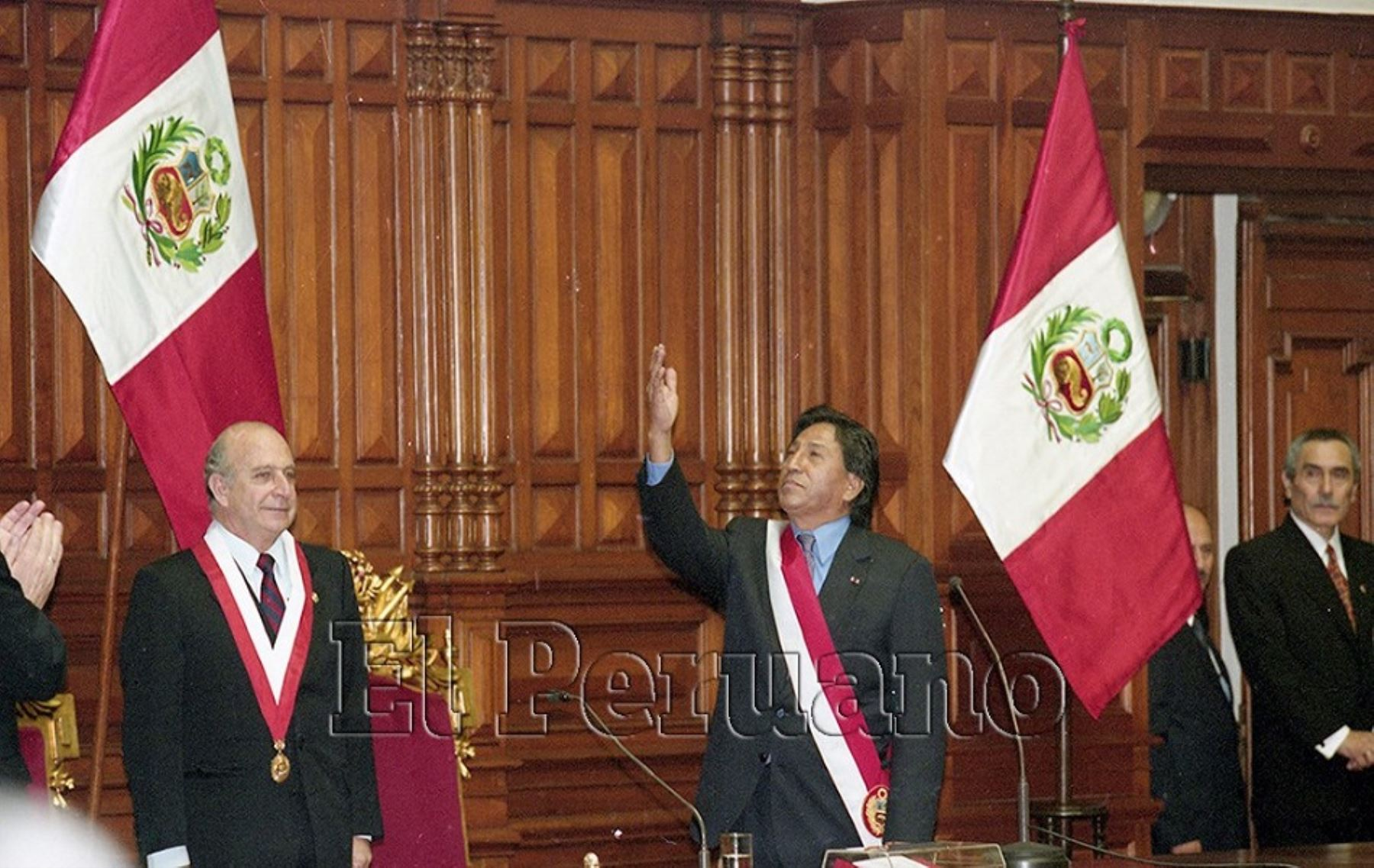 Alejandro Toledo ganó las elecciones y se convirtió en el primer presidente democrático del post-fujimorismo. En la foto, el día en que asumió el mando y recibió la banda presidencial en el Congreso. Foto: ANDINA
